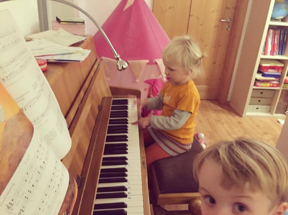 Zaterdag hadden we een etentje met de collega's van Floris. Er waren heel veel kinderen, de dames hebben zich dan ook prima vermaakt. We leerden ook nog een nieuw talent van Liza kennen. Iemand nog een piano over?