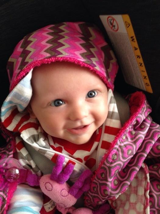 Omdat niet zo warm meer was buiten, kon ik goed de nieuwe Maxi Cosi wikkeldoek van Pippelot (www.pippelot.nl) uitproberen. Liza vond het heerlijk om erin te liggen!
