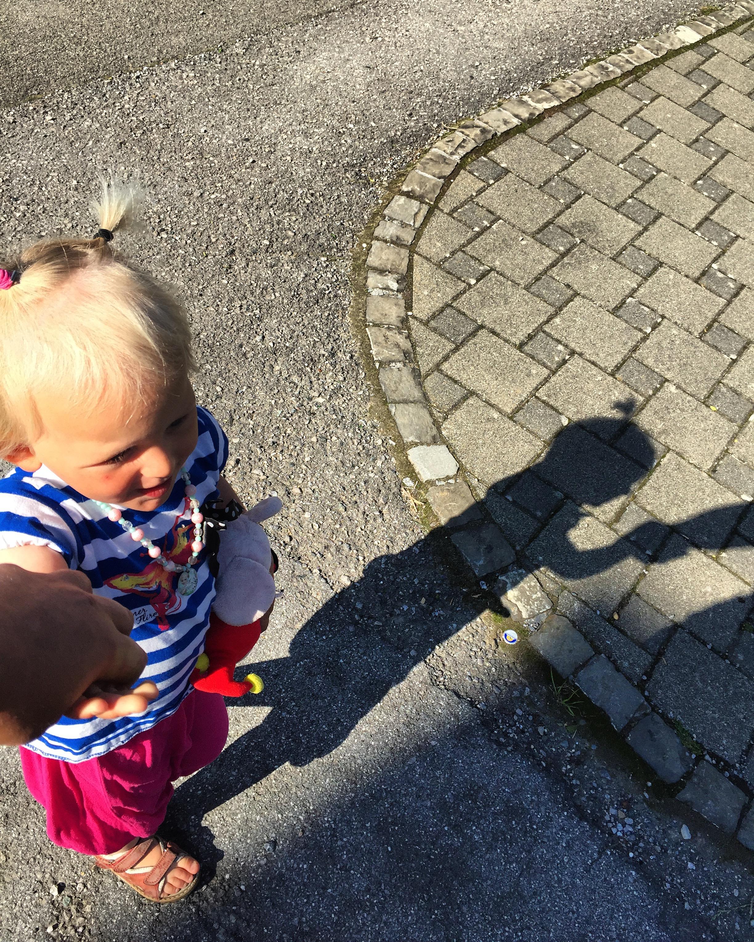 Donderdagochtend lopen Liza en ik naar de moederochtend. Ik was echt verliefd op haar schaduw