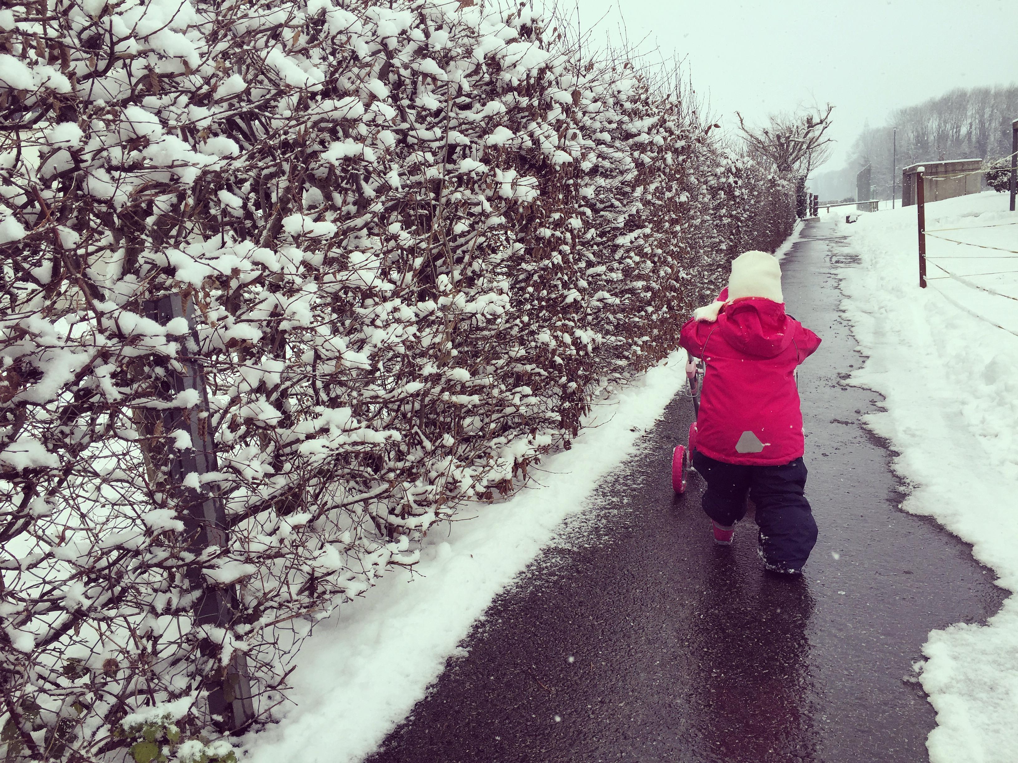 Liza speelde liever niet in de sneeuw, maar liep liever met haar kinderwagen