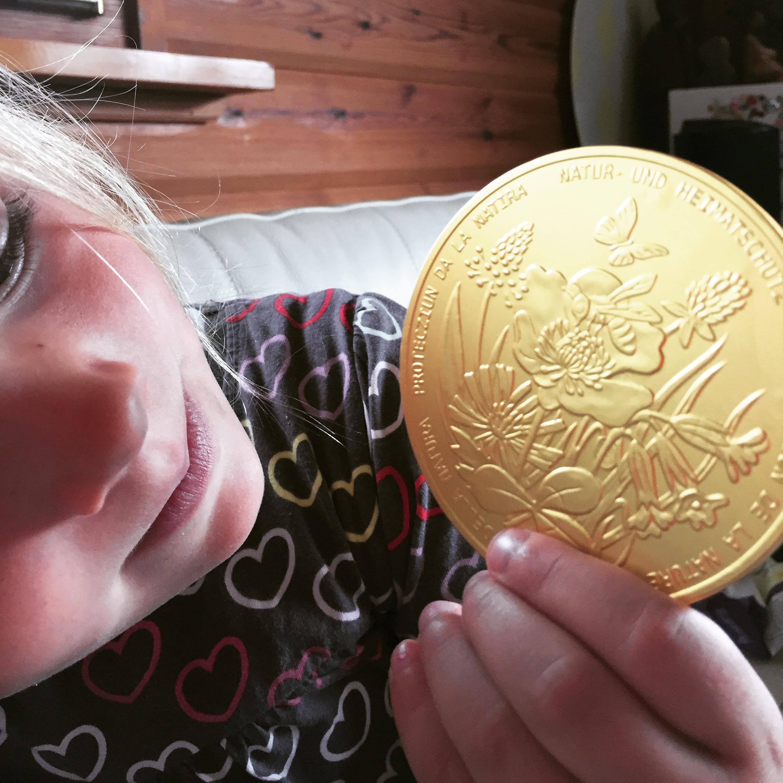 Donderdag staan de buurmeisjes voor de deur met enorme oude chocolade munten. Ze verkochten deze (voor 5 frank) tbh het onderhoud hier in het dorp