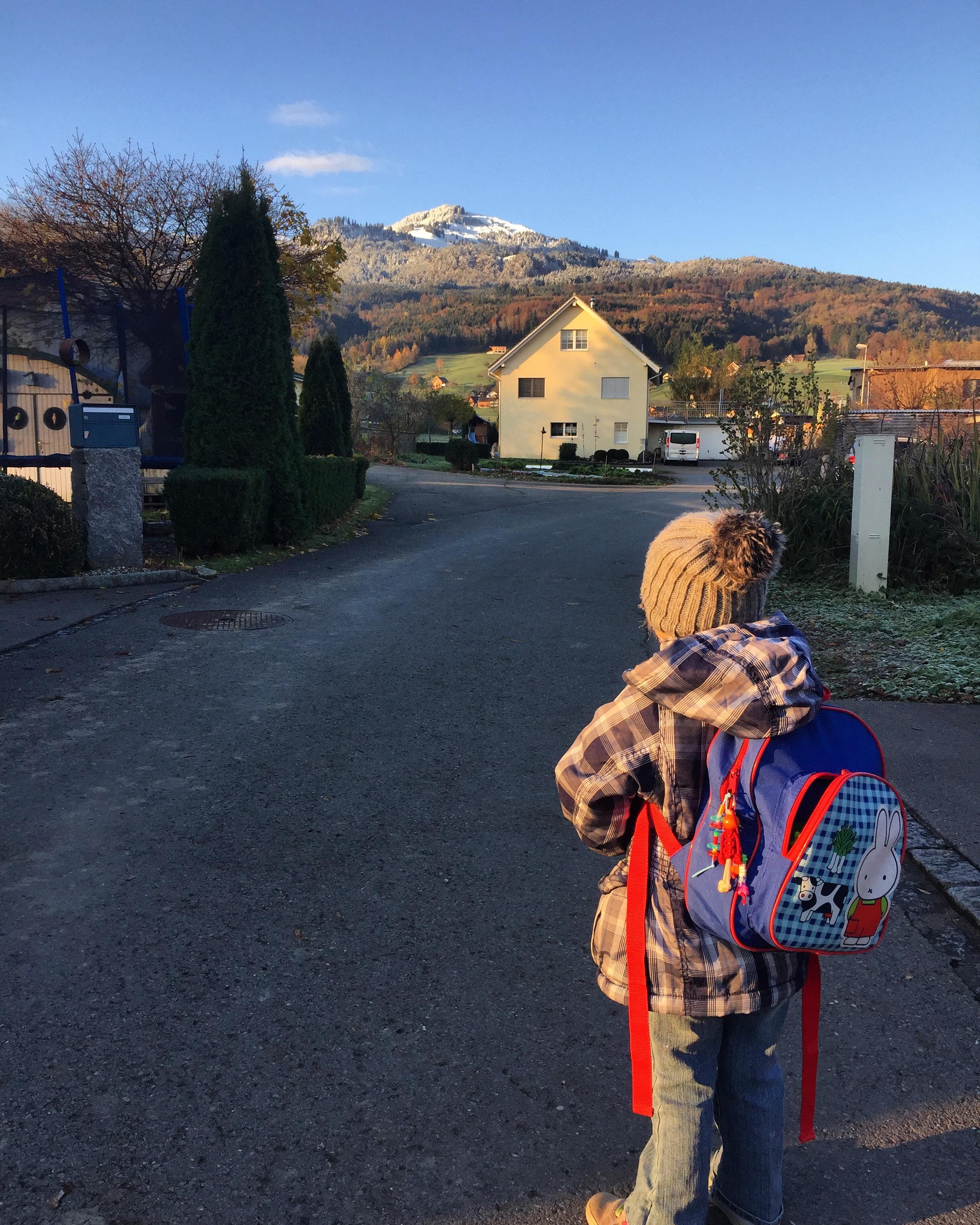 Het is koud dinsdagochtend, maar we lopen weer naar de Spielgruppe!