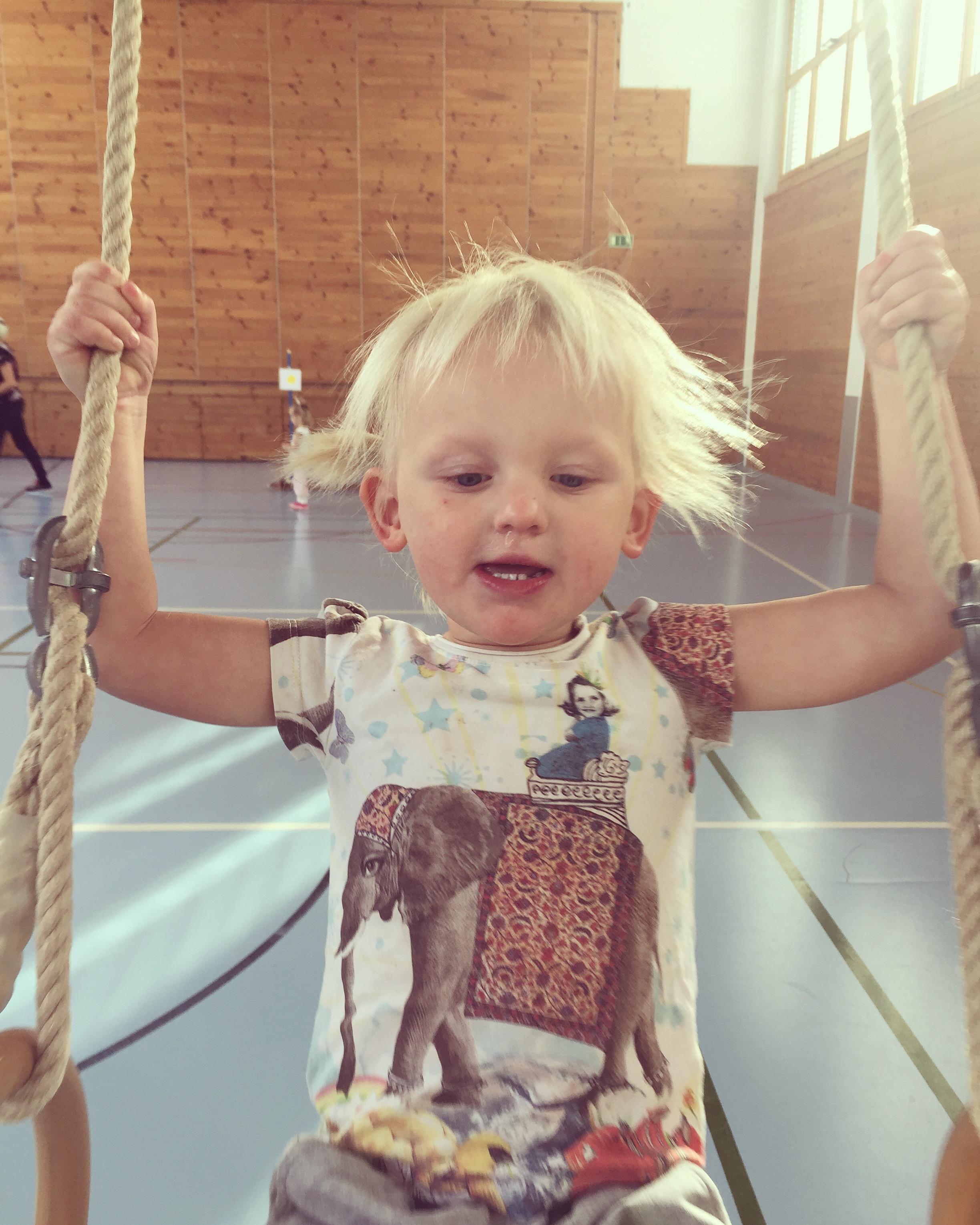 Vrijdagochtend hadden we weer MUKI-turnen. Moeder en kind gym. Het was weer heerlijk en superleuk om met Liza te doen.