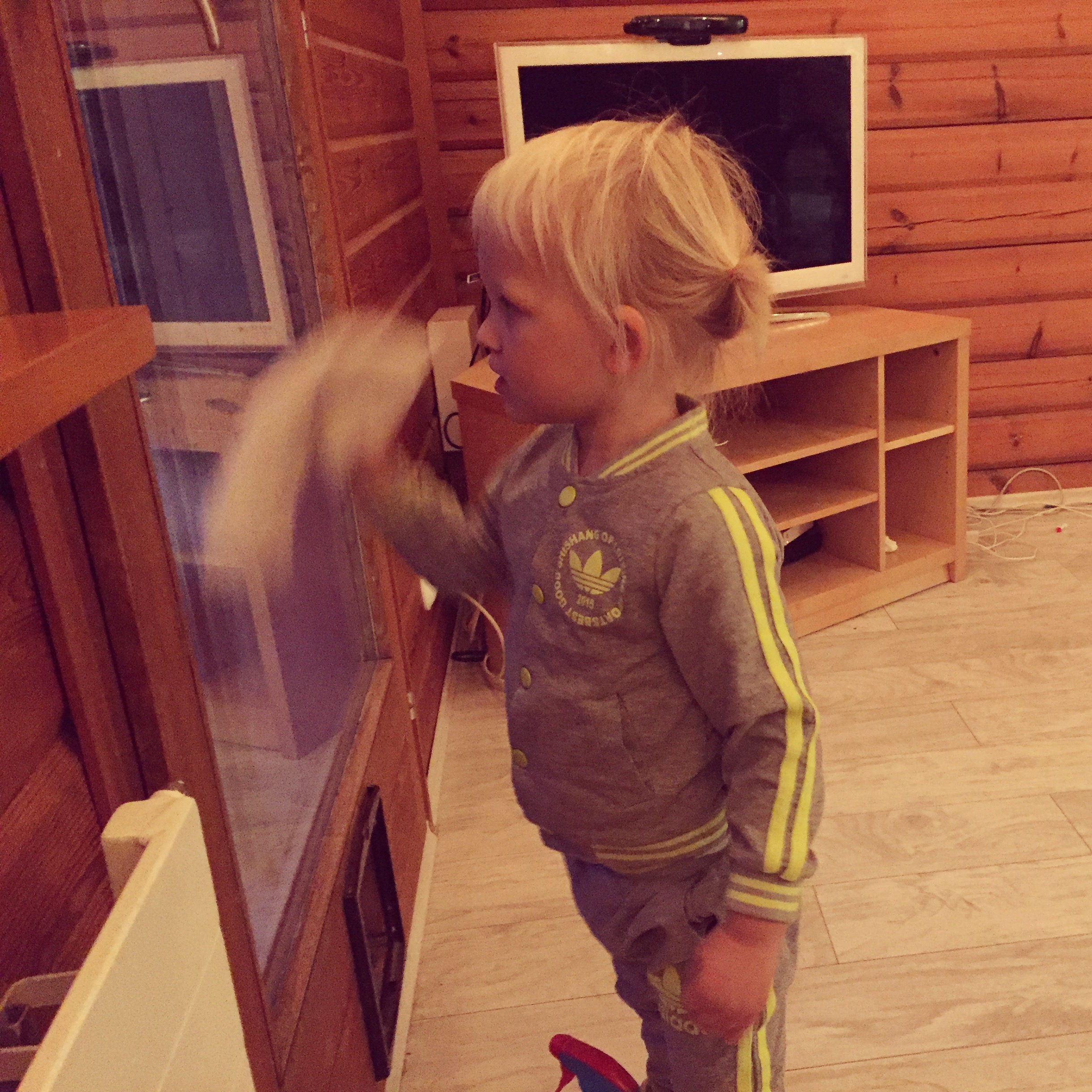 's Middags komt Eva's vriendinnetje te spelen en vermaakt Liza zich met het poetsen van de ramen