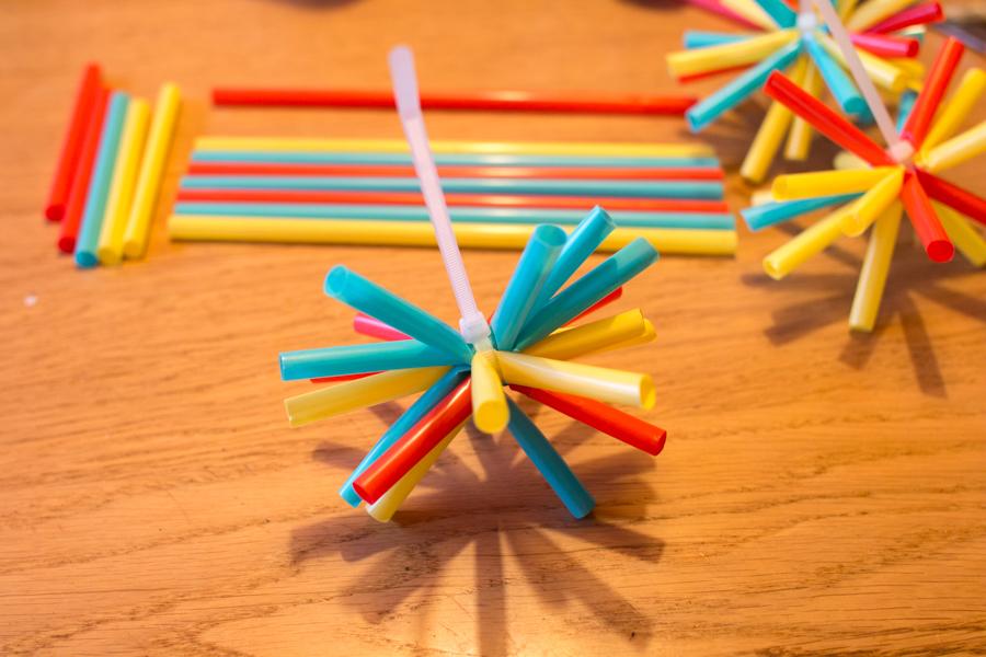 Makkelijke knutsel: maak sterretjes van rietjes!
