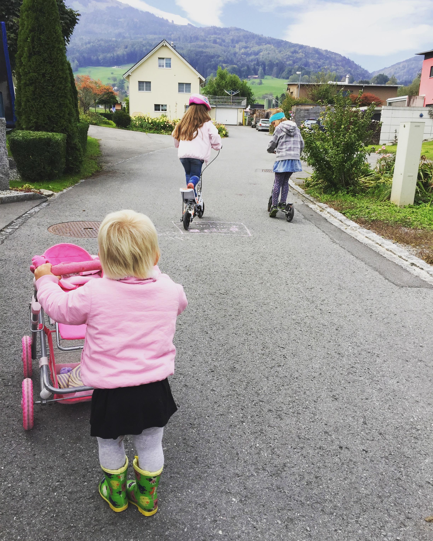 's Ochtends is het ideaal buitenspeelweer. Eva en de buurkinderen gaan om en om op de spacescooter.