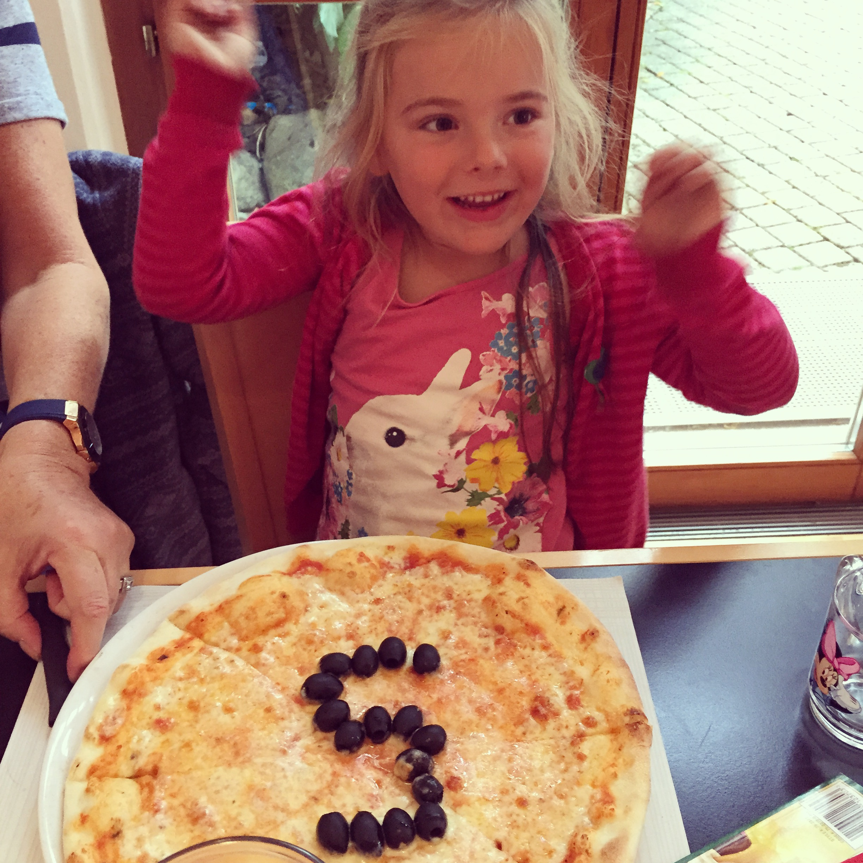 We gingen voor Eva's verjaardag naar de Italiaan. Daar kreeg ze een leuke verrassing!