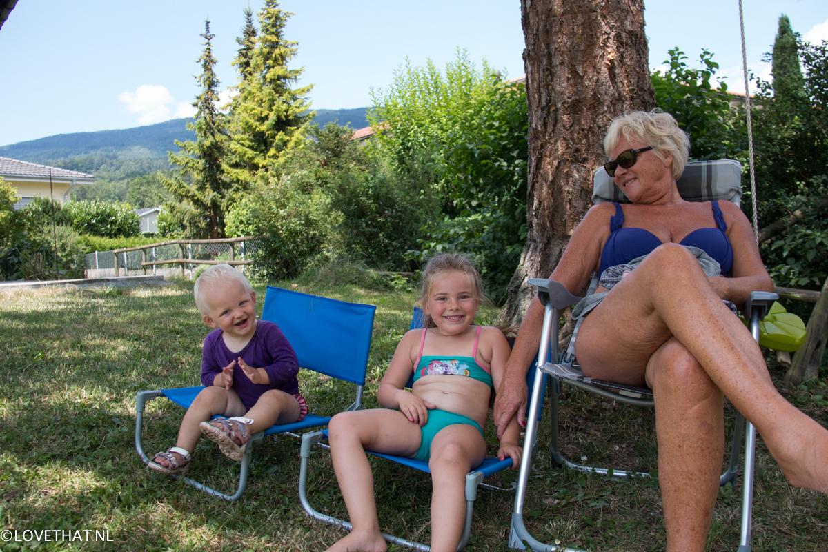 Eva moest en zou naast oma zitten en Liza naast Eva