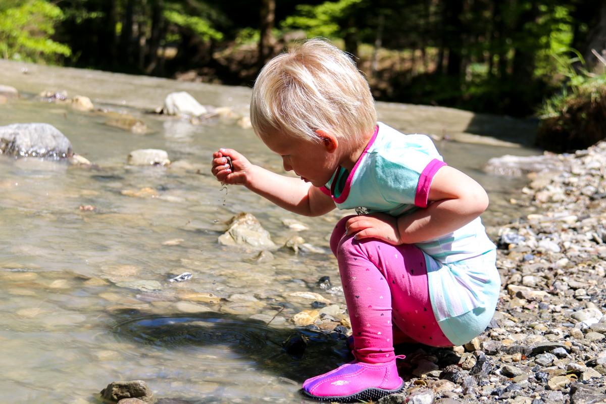 Spelen met water en stenen. De kinderen hadden niks meer nodig