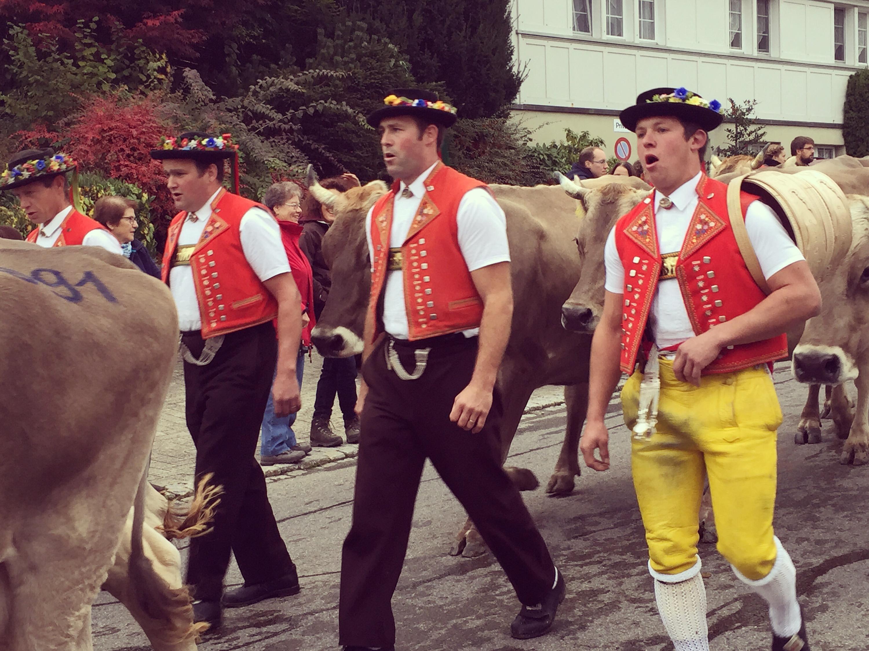 Zaterdagochtend waren we al vroeg op pad om naar een Viehschau te kijken. Altijd leuk die zingende mannen in klederdracht en die dikke koeien met enorme bellen.