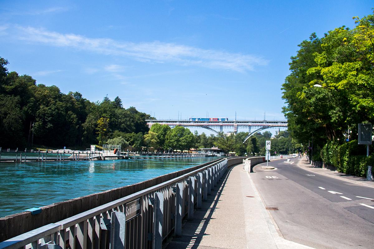 Aan de zijkant van de brug kan je via een lang voetpad naar beneden lopen en dan kom je aan de Aare terecht. Wat een mooie rivier en de kleur is adembenemend. Zo blauw!