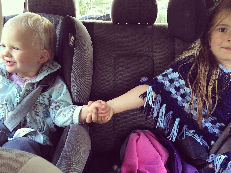 Zondag wilden we naar een herfstmarkt, dat deden we uiteindelijk niet. De dames hadden wel schattig elkaars handje vast in de auto :)