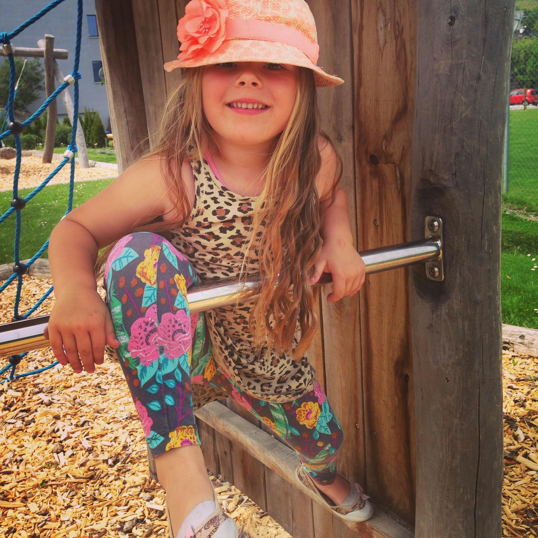 's Middags gingen we naar de speeltuin. Deze kleine hippie had het prima naar haar zin