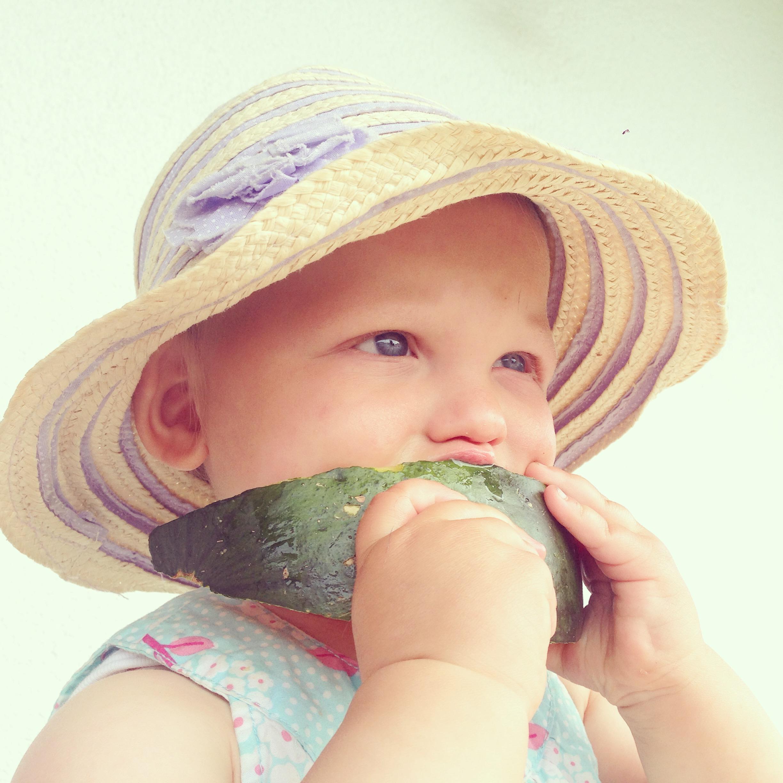Dinsdag was het echt heerlijk weer vermaakten we ons best zo overal. Liza ontdekte dat ze watermeloen toch lekker vond.
