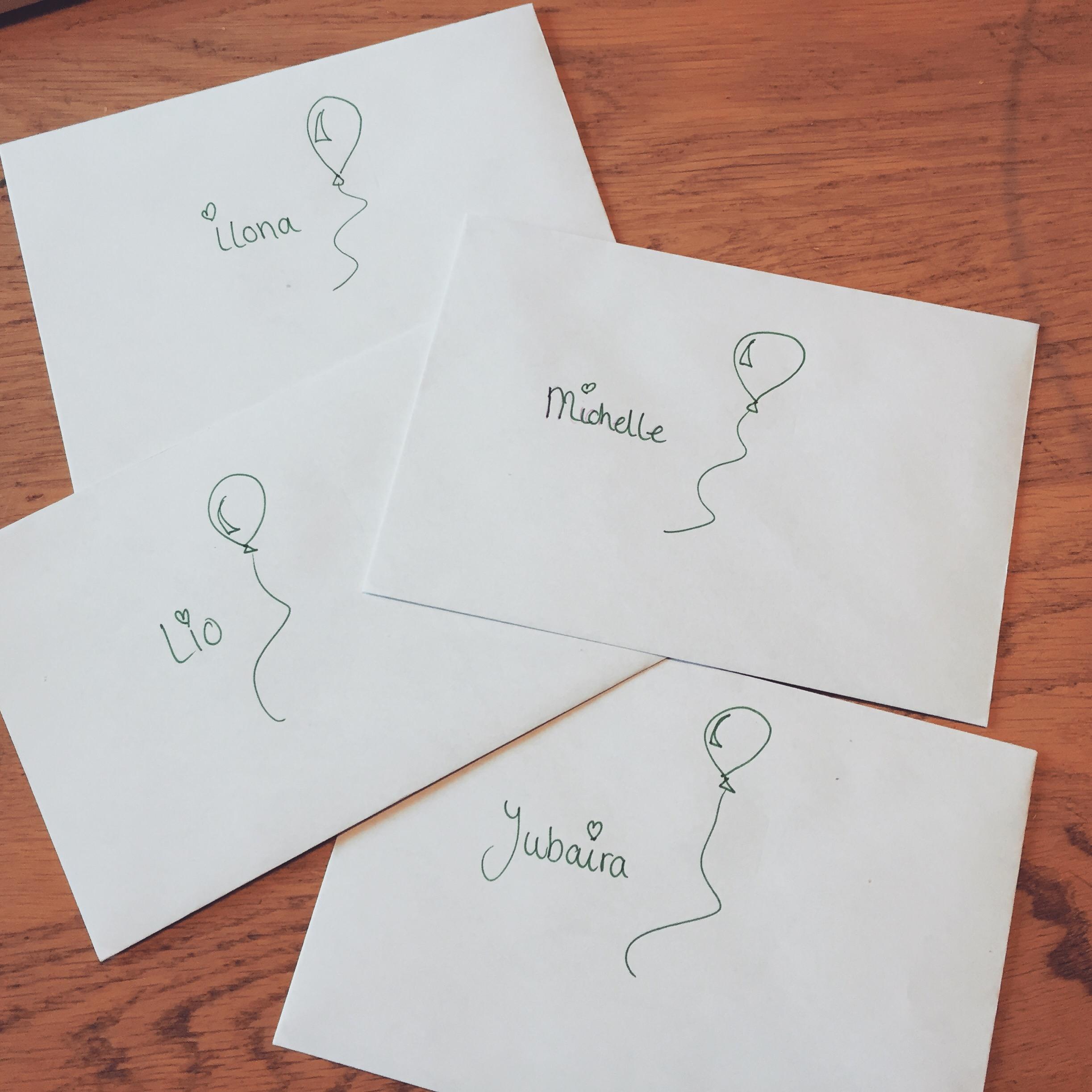 Zondag schreven we de uitnodigingen voor Eva's kinderfeestje