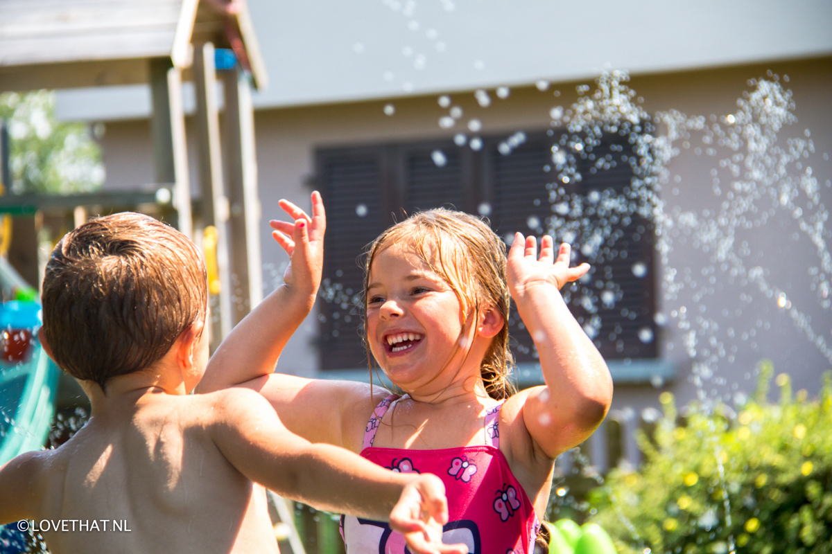 OP vrijdag was het nog heerlijk weer! Het zwembad werd gevuld, de sproeiers gingen aan en spelen maar!