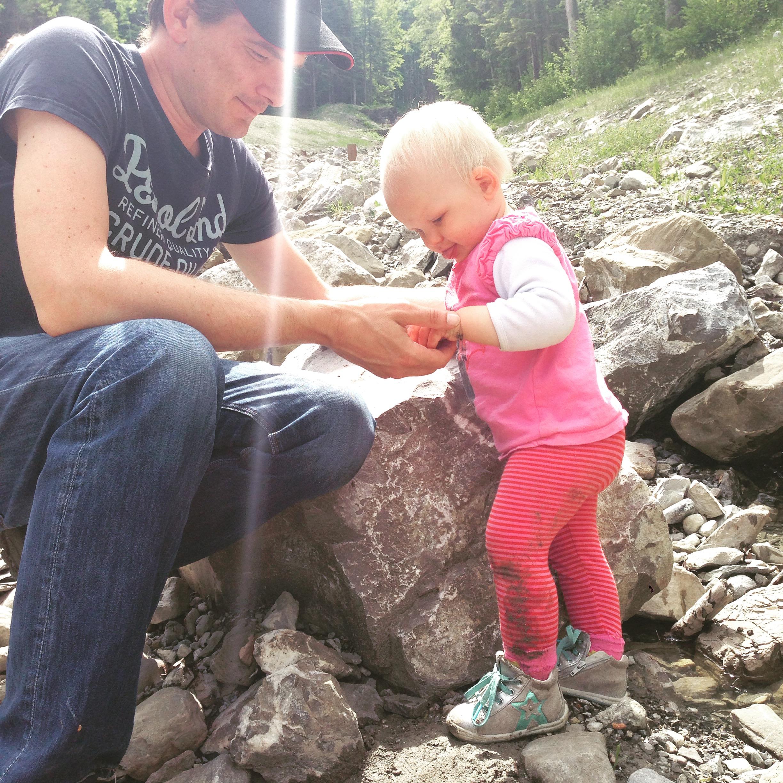 Toen de wind ging liggen, speelden we verder bij de waterval. Zeiknat waren de kids uiteindelijk!