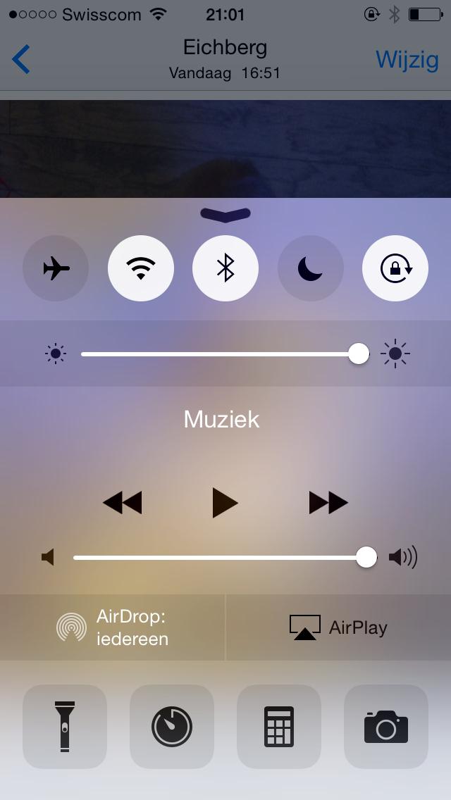 Op de Iphone schuif ik van onder naar boven en verschijnt er een snel-menu