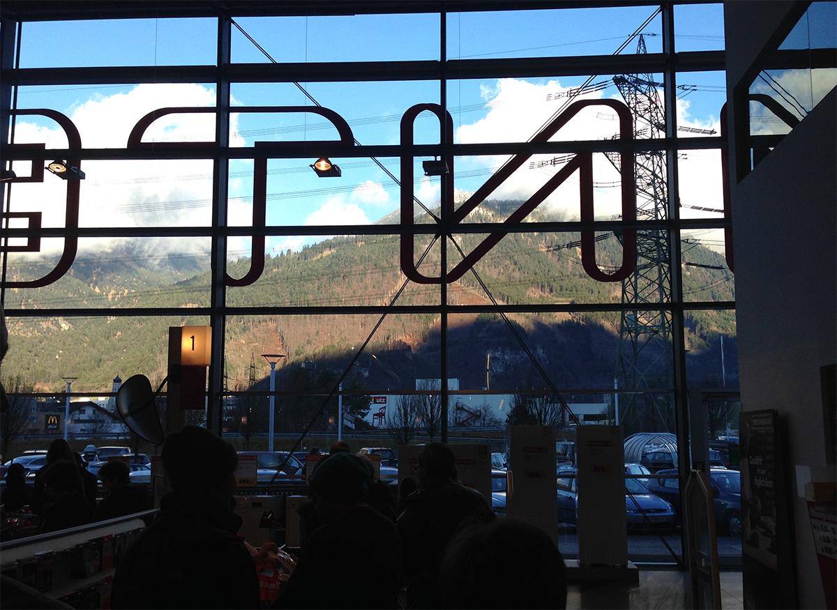 Zaterdag deden we in Oostenrijk boodschappen en het uitzicht vanaf de kassa was wel bizar. De supermarkt ligt echt aan de voet van de berg. Overigens waren er extreem veel Nederlanders en ik vond nou stiekem vet irritant! Haha, dat is gek toch?