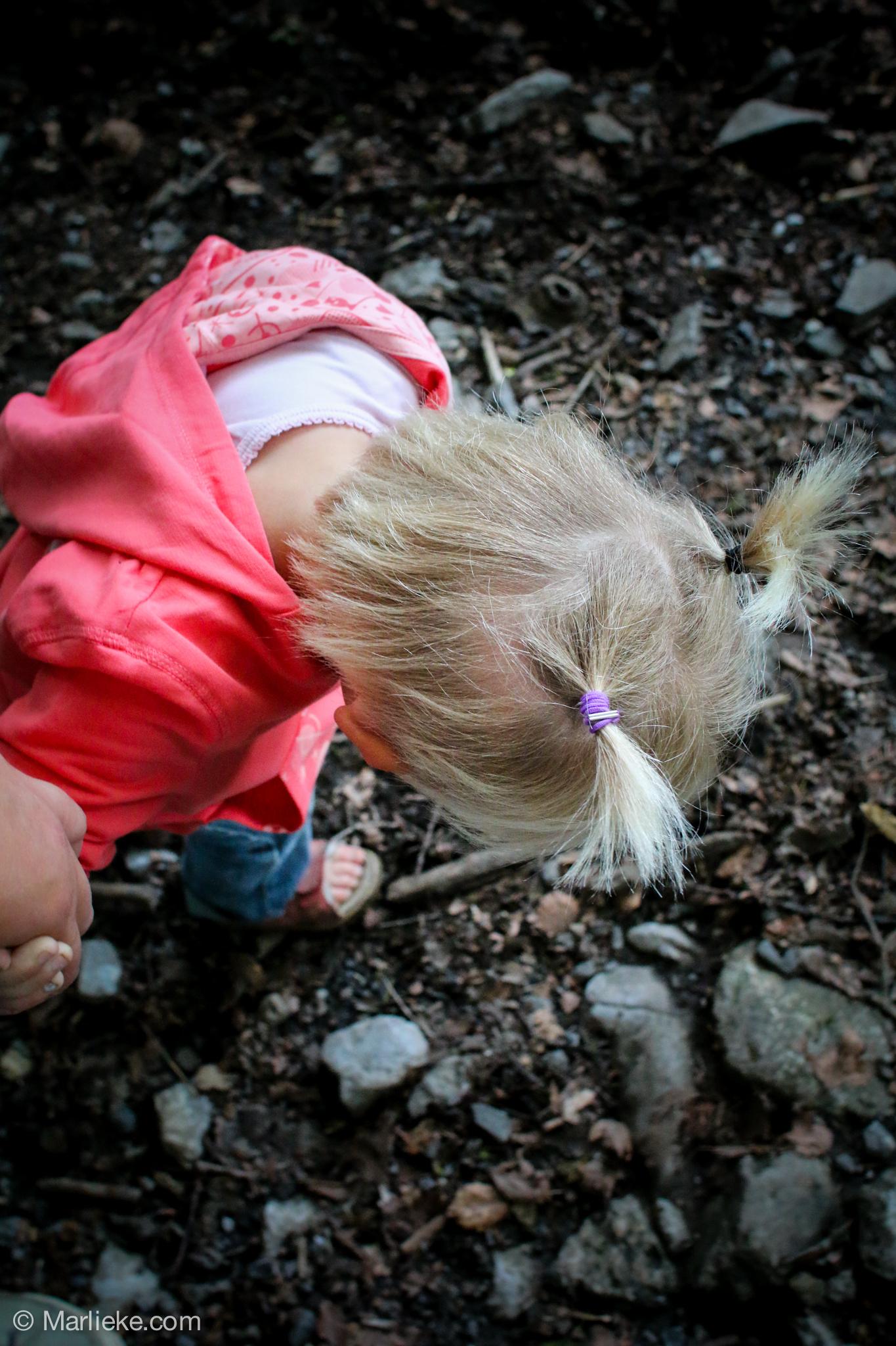 We namen een pad naar beneden en moesten daarna weer omhoog. Arm meisje vond dr voetjes zo vies!