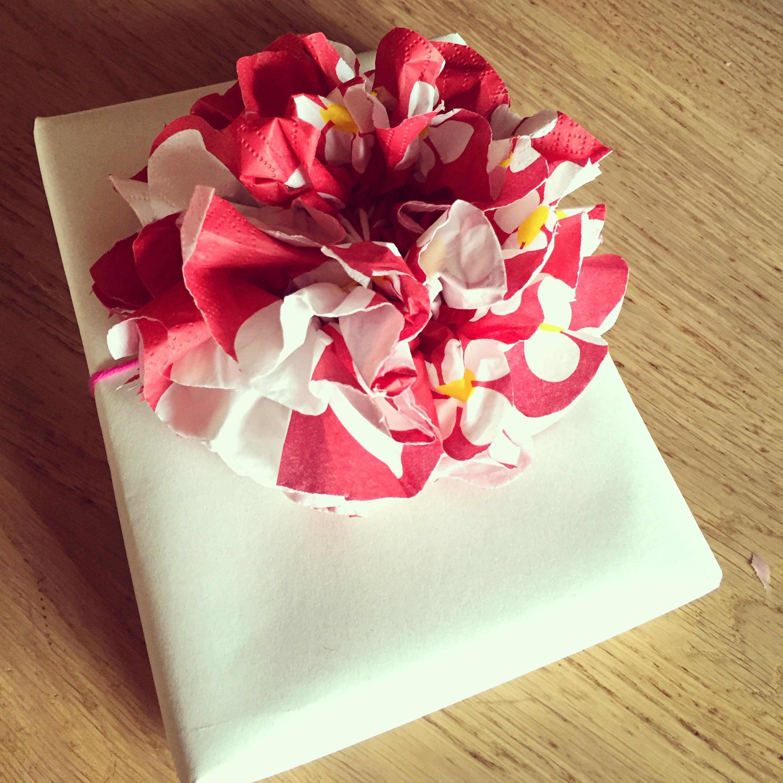 Eva heeft een feestje en ik maak een feestelijke bloem (met slechts 3 servetjes) voor op het cadeautje!