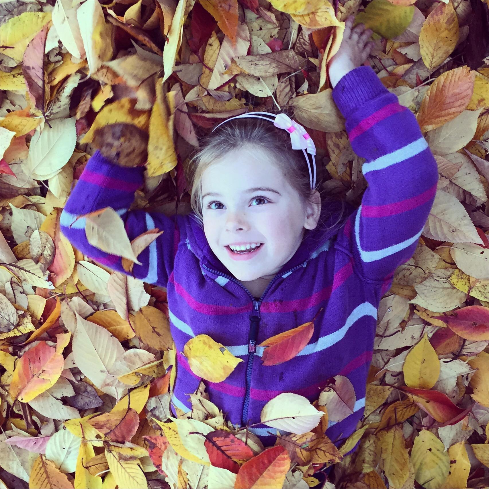 En Eva ligt weer in de bladeren
