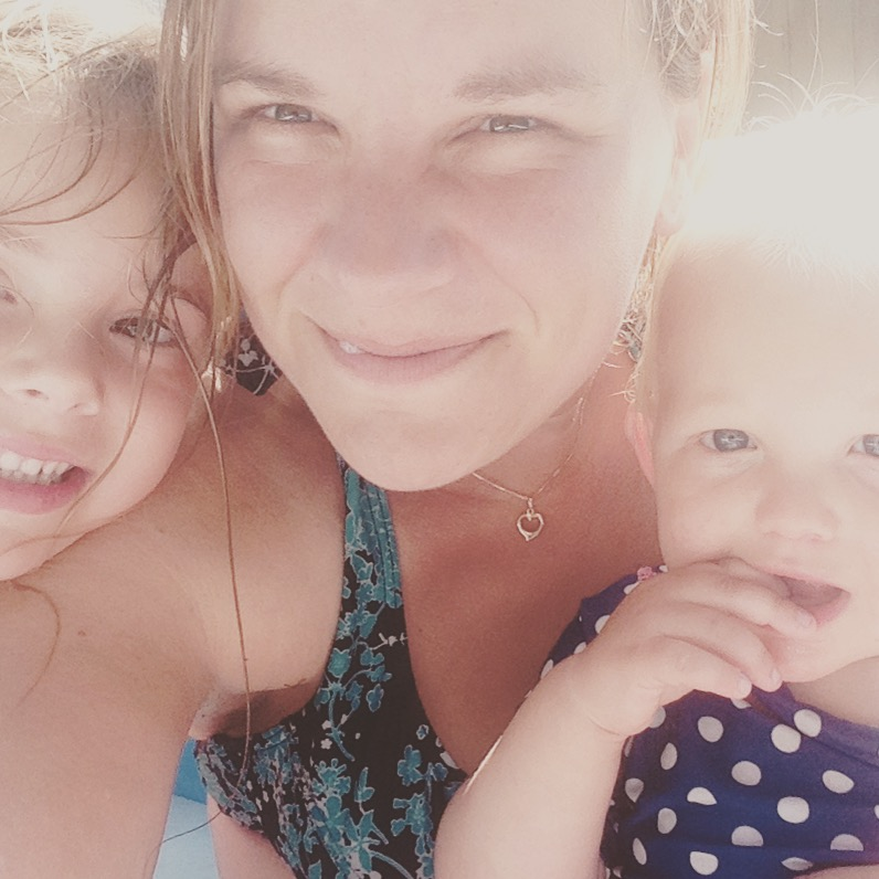 Smiddags duik ik nog met de dames het zwembad in. Dit was een relaxed moment. 3 tellen later stonden de buurjongens in ons bad ons nat te spetteren :)