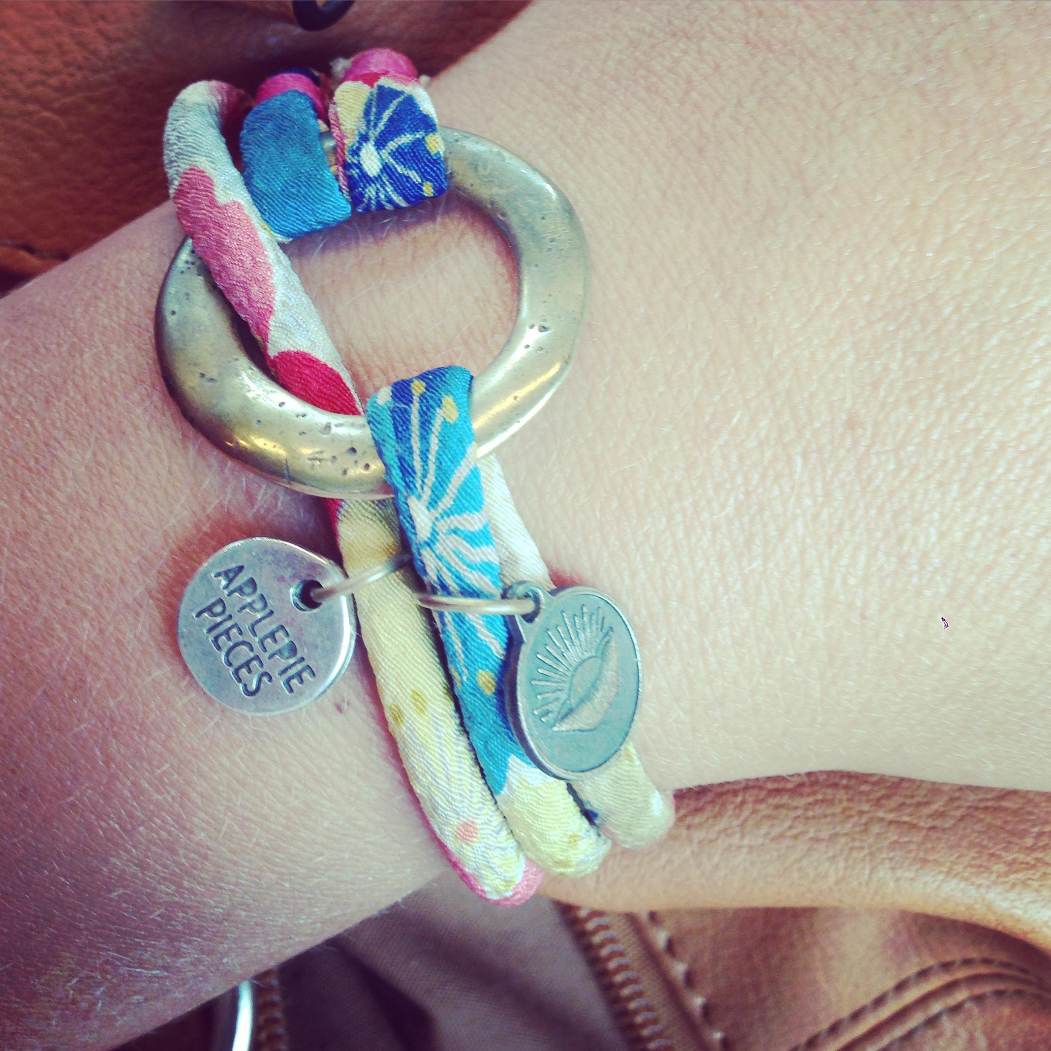 Ik draag mijn armbandje nog vaak en soms kies ik er bewust voor, gewoon om eventjes extra aan mijn vriendinnetjes te denken.