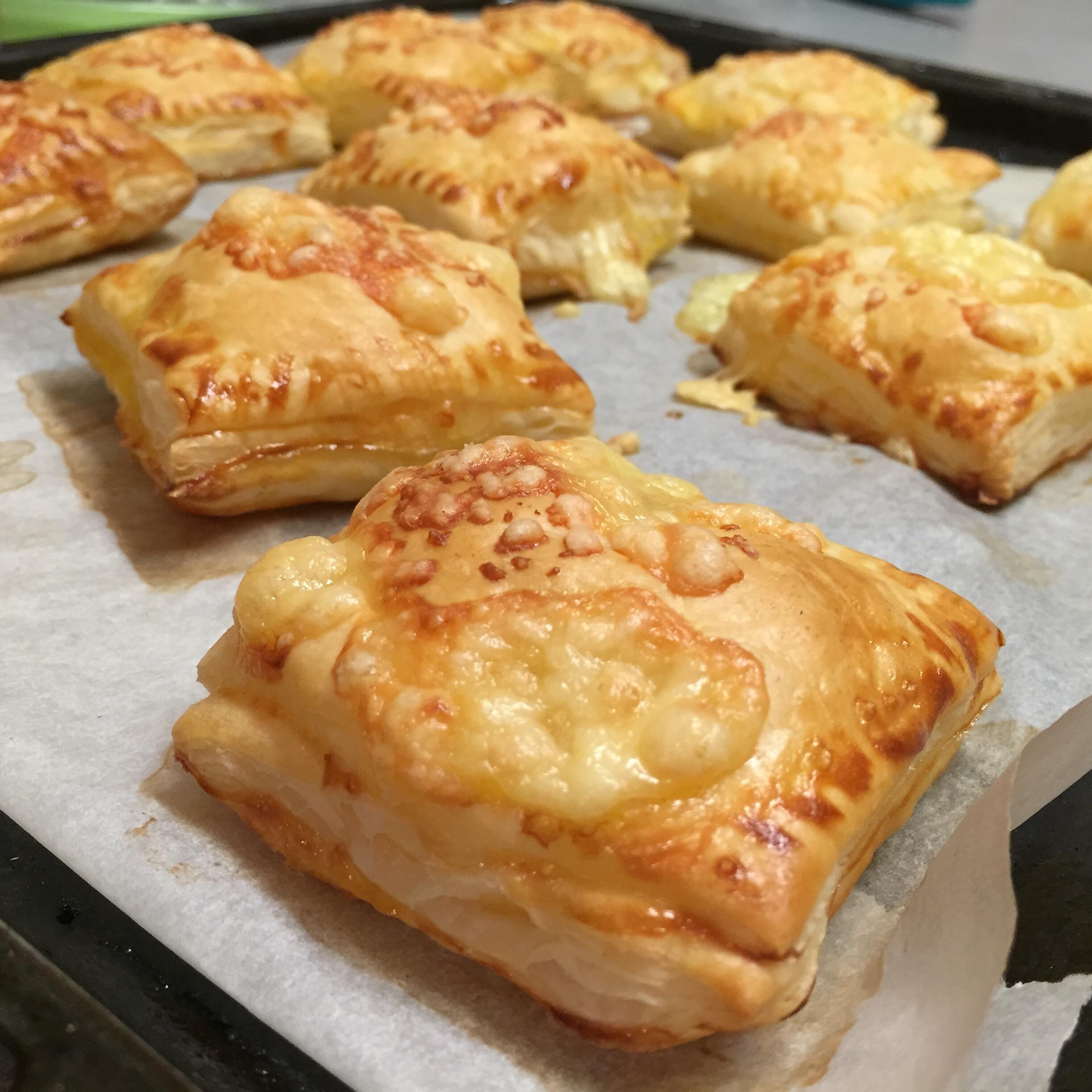 'S avonds maak ik nog eerlijke kaasbroodjes en een cake. Want ik ben woensdag jarig