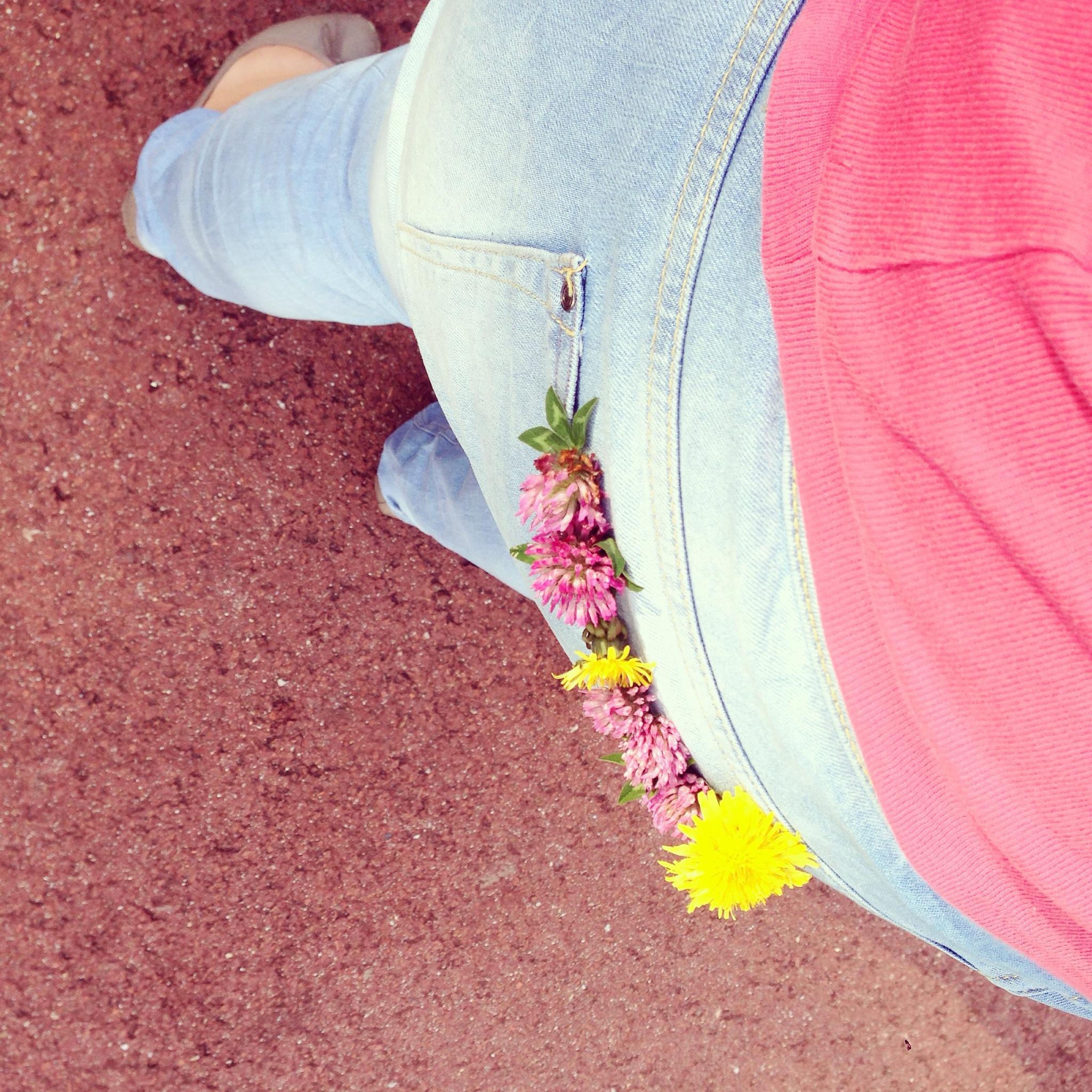 Onderweg werd mijn broek versierd. Voor iedereen die me zag lopen. Het was Eva's idee!