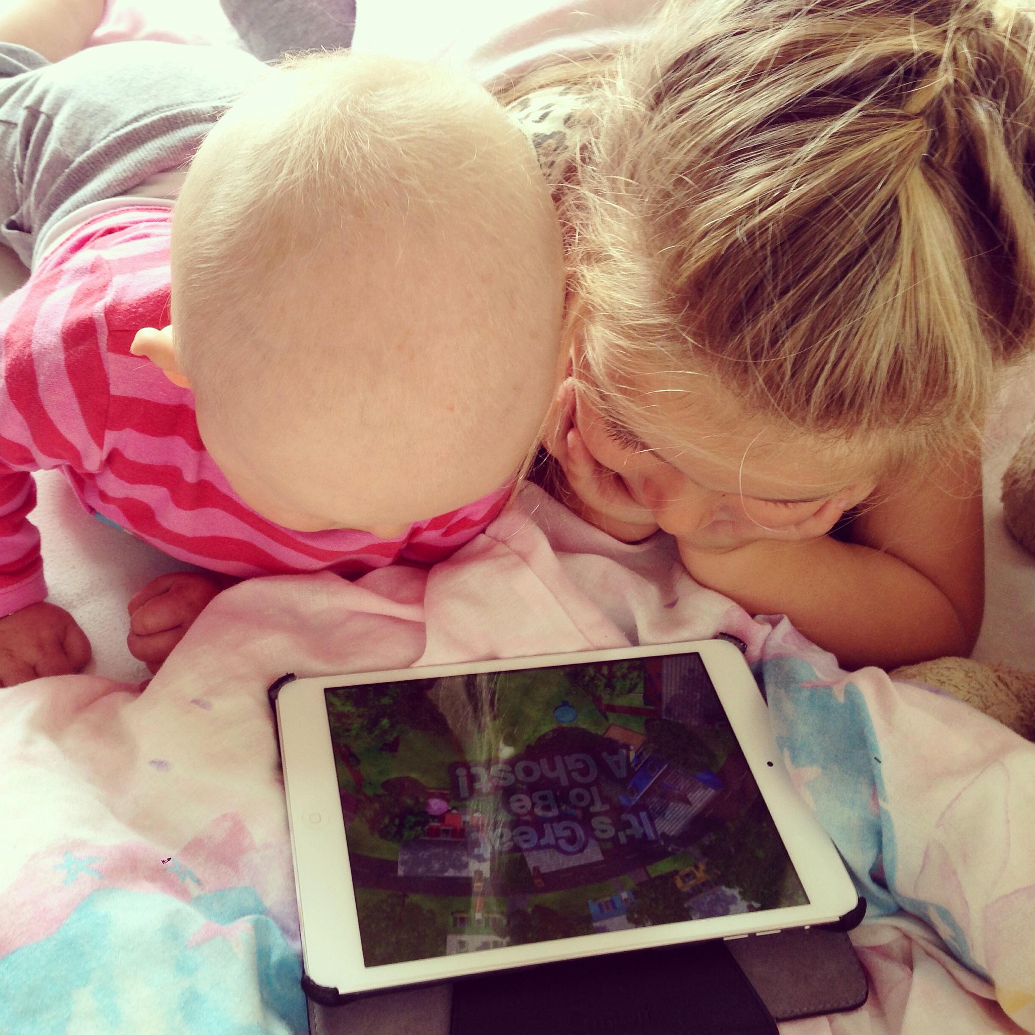 Lekker samen achter de iPad, totdat Liza steeds op het scherm drukt en Eva er niks meer aan vindt.