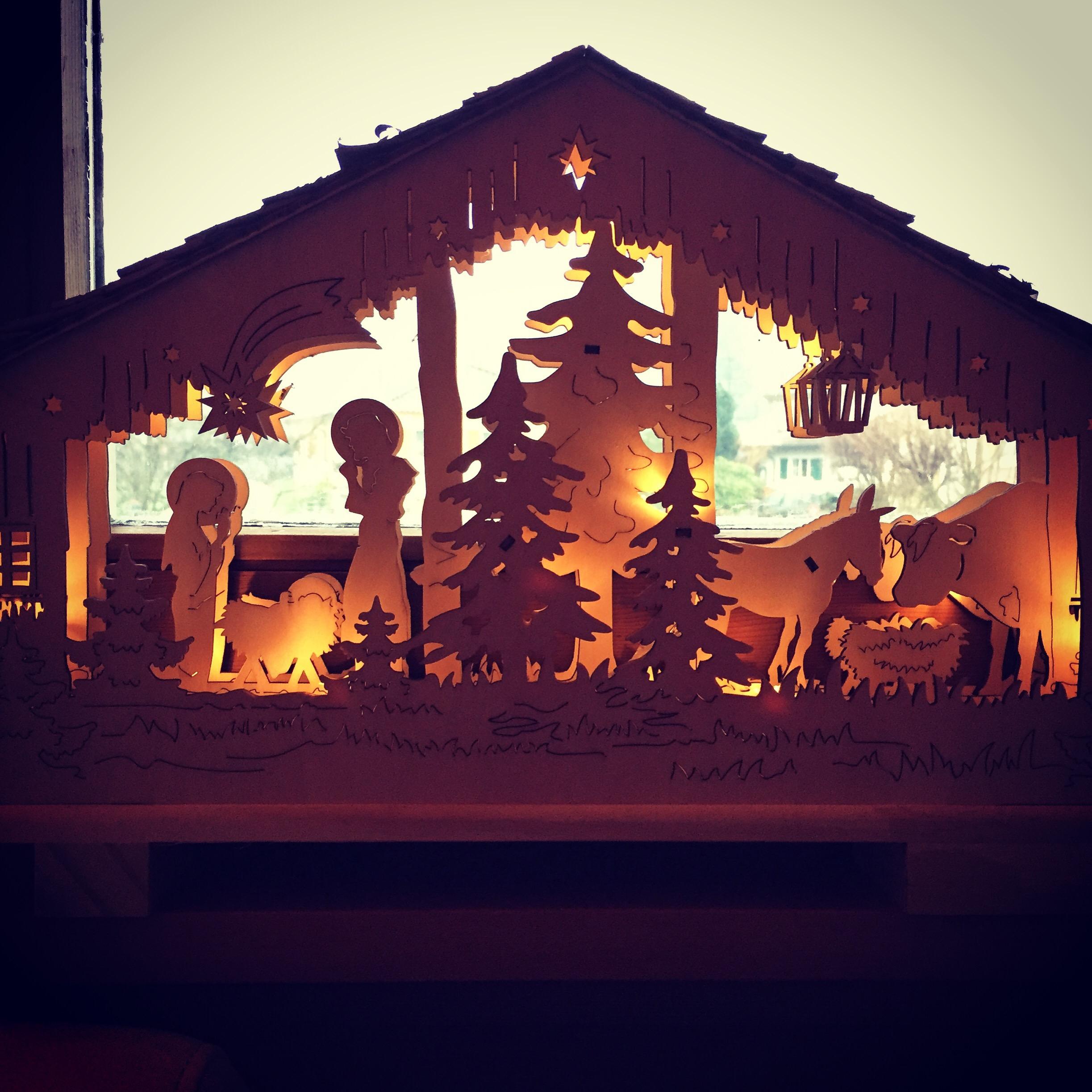Dit houten kerststalletje kochten we ooit eens in uitverkoop. Ik vind hem leuk!