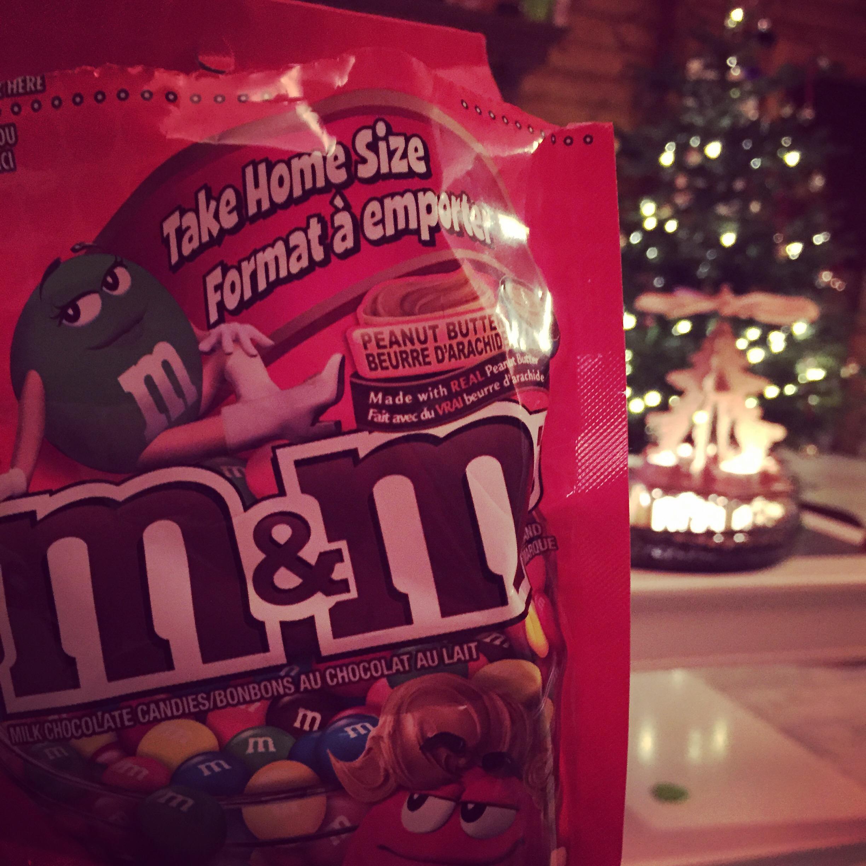 En na een dag vol kerstige dingen, plof ik op de bank met deze lekkere M&M's met pindakaas. Lekker!!!