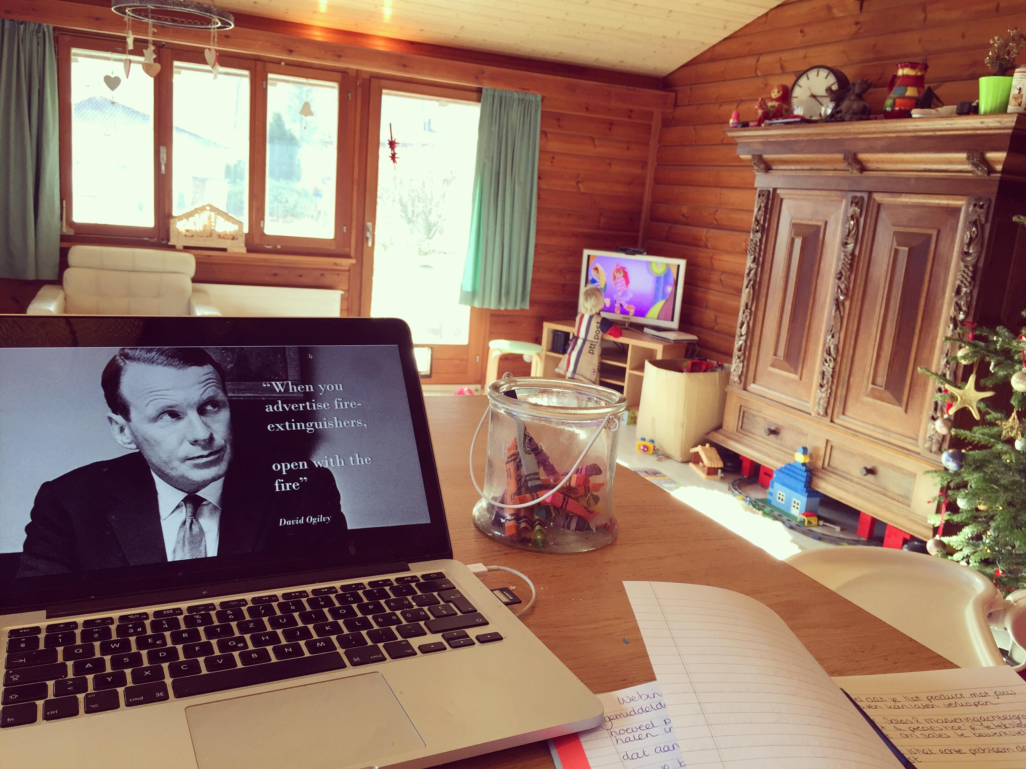Vrijdagochtend volg ik een webinar terwijl Liza het Zandkasteel op Repeat kijkt.