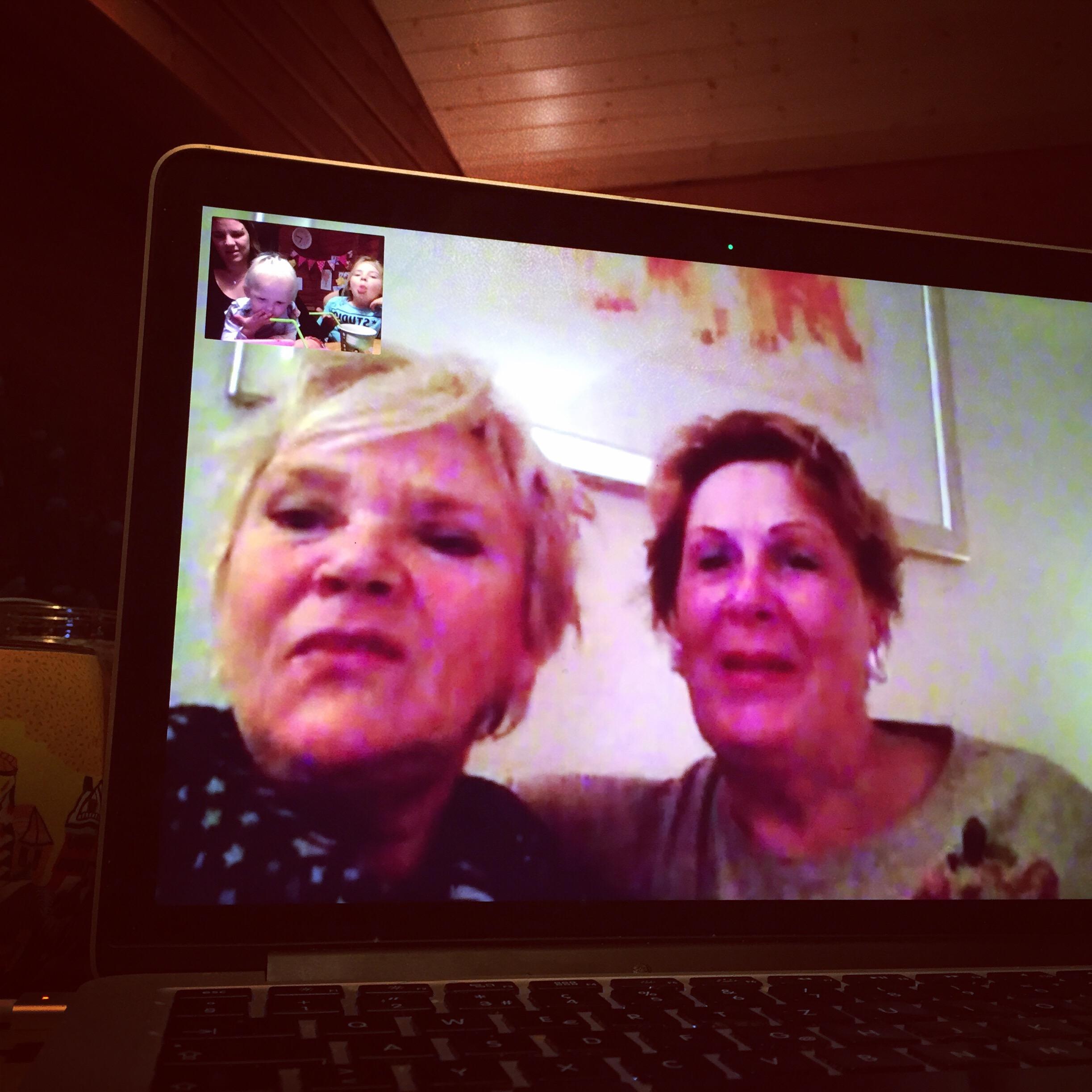 Daarna facetimeden we met de oma's. Oma Spanje is voor de kerst in Nederland en sliep ook een paar nachtjes bij mijn moeder