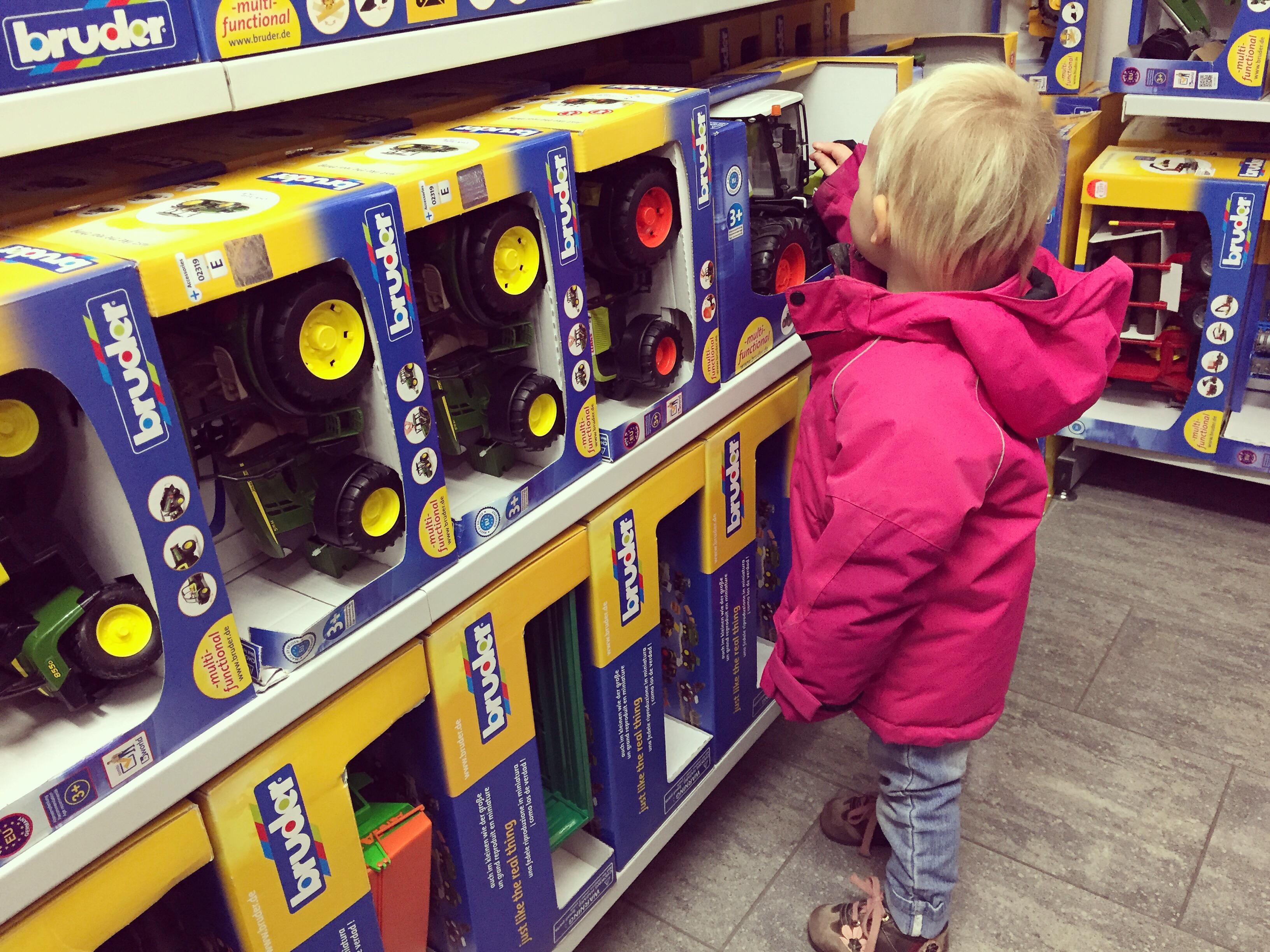Op zaterdag gingen we boodschappen doen en keken we rond in de speelgoedwinkel. Liza is verzot op Tractors en was dus daar te vinden :)