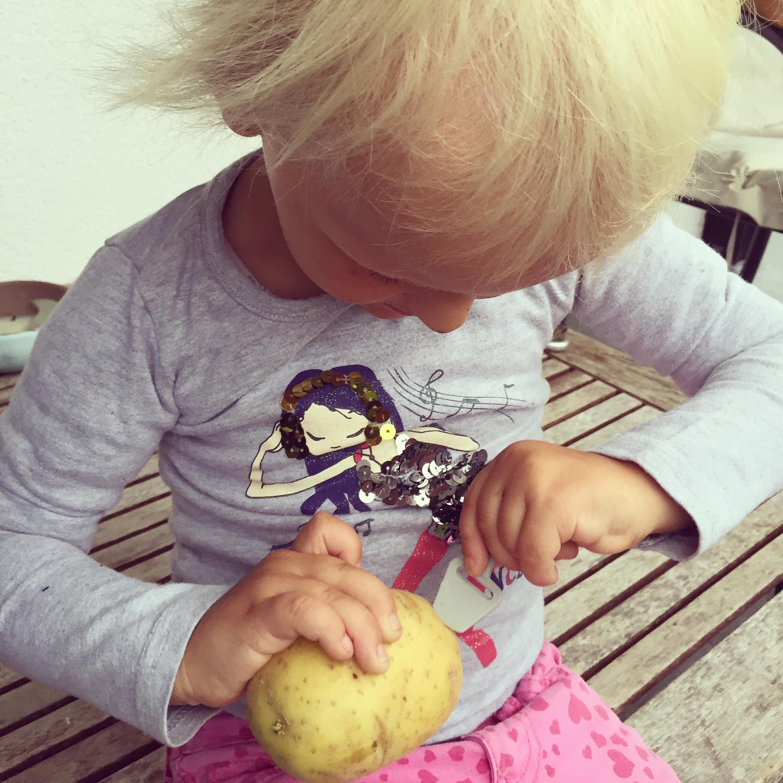 Liza vindt een kaasschaaf en wilt daar net als mama, de aardappels mee schillen. Gaat niet..