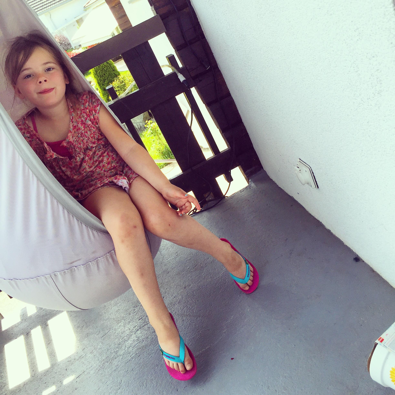Op het balkon hebben we een kinderhangstoel hangen