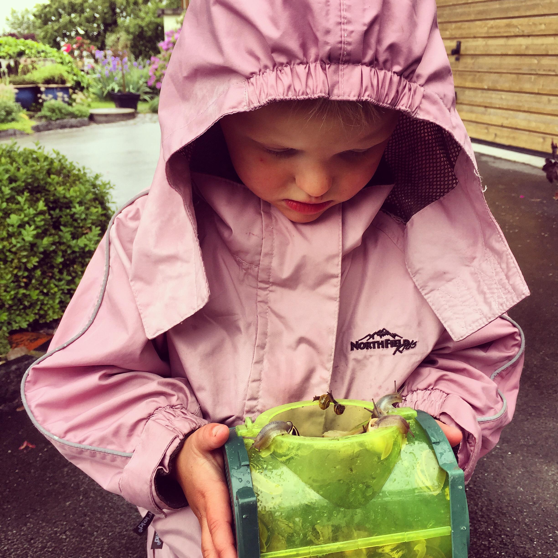 Eva kwam maandag verregend thuis, maar met een hoop slakken. Toen zij naar de gym was, ging ik met Liza ook maar even een uurtje slakken zoeken.