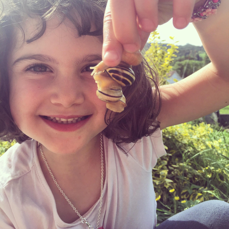 Daarna komt er een vriendinnetje van Eva langs (terwijl Eva er niet is) en is ze net zo druk met de slakken als wij.
