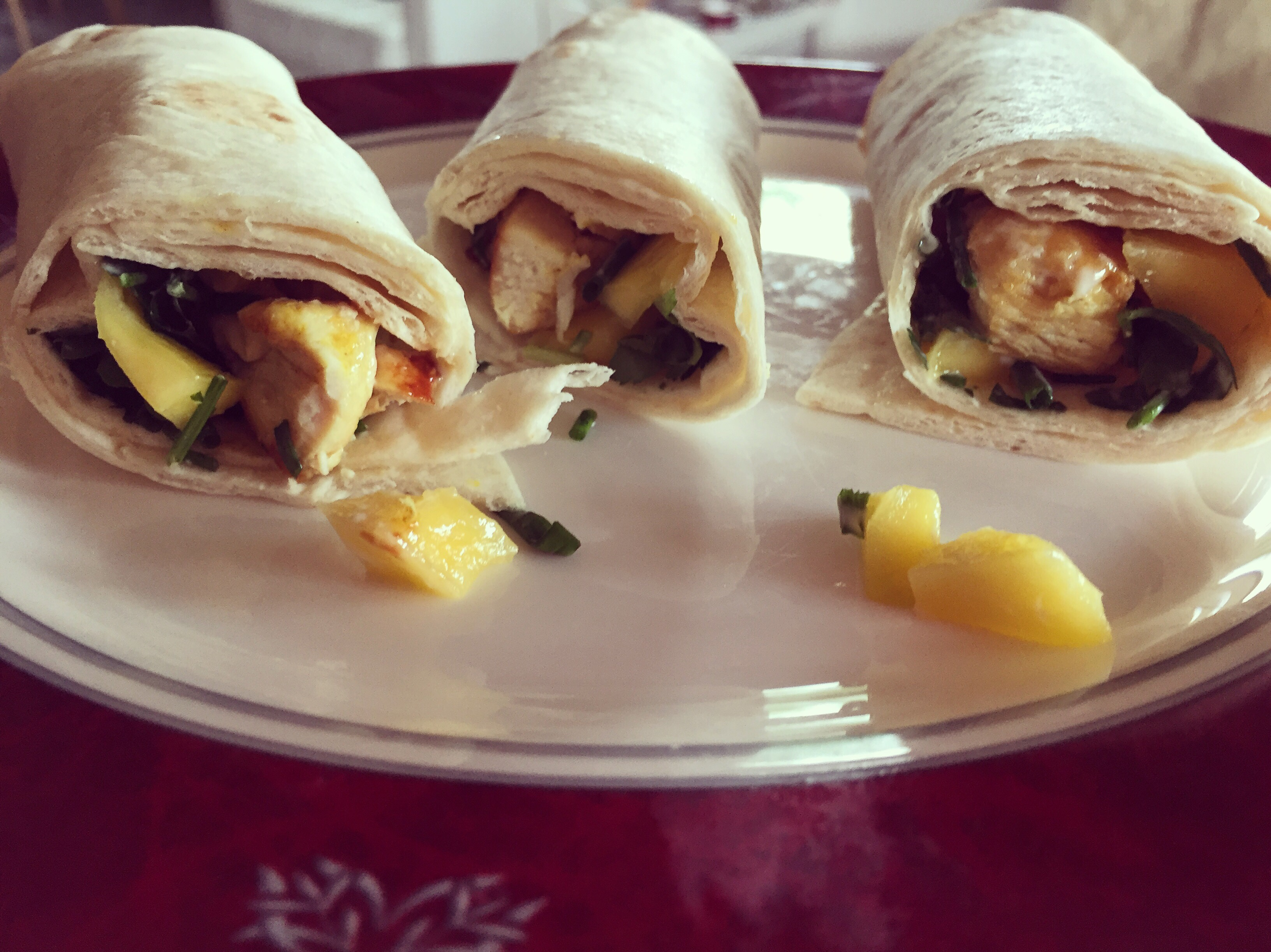 's Avonds eten we wraps met Limoenmayonaise, mango en kip. Keilekker e ontzettend fris. Fijn zomergerecht
