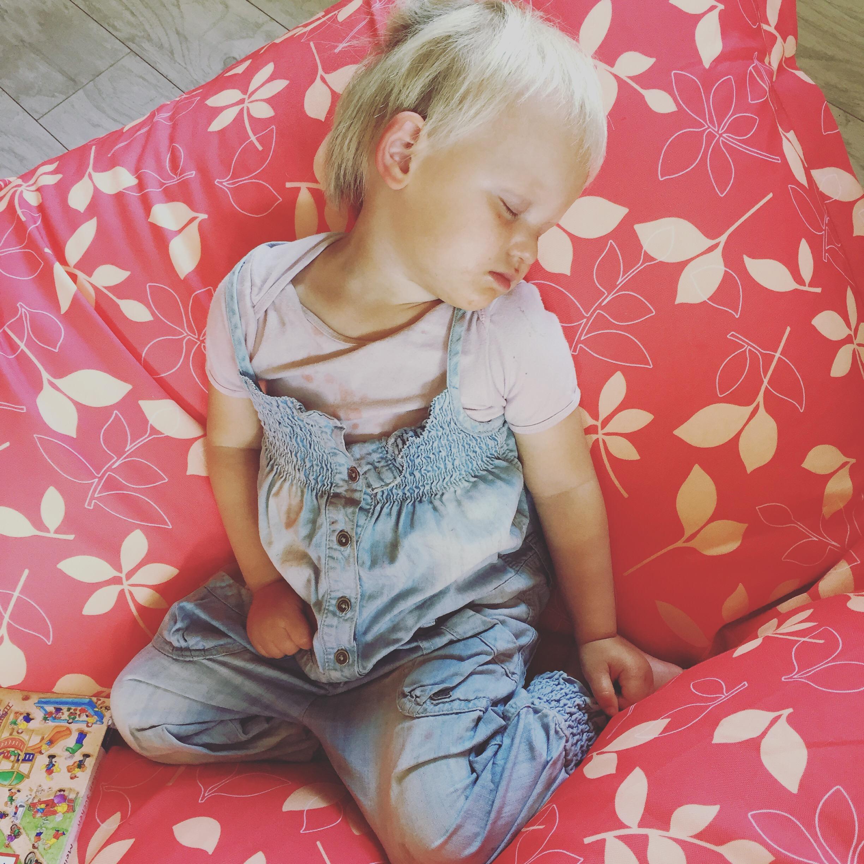 Ik moest nog even snel boodschappen doen en toen ik thuiskwam was Liza zo in slaap gevallen.. Dat kan toch niet lekker liggen