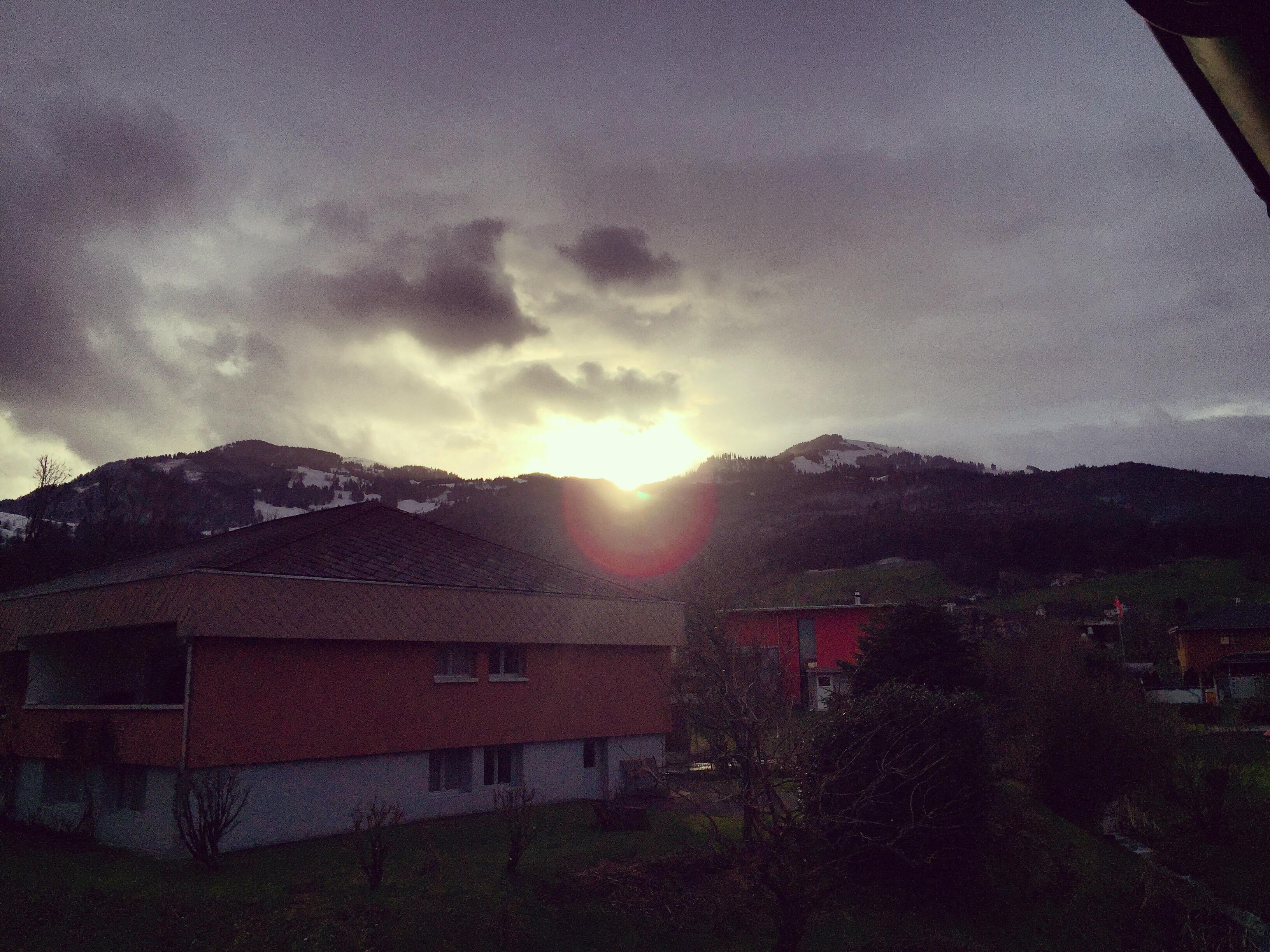 Op de bergen ligt al wat sneeuw, de felle zon op de witte sneeuw verblind je gewoon helemaal.