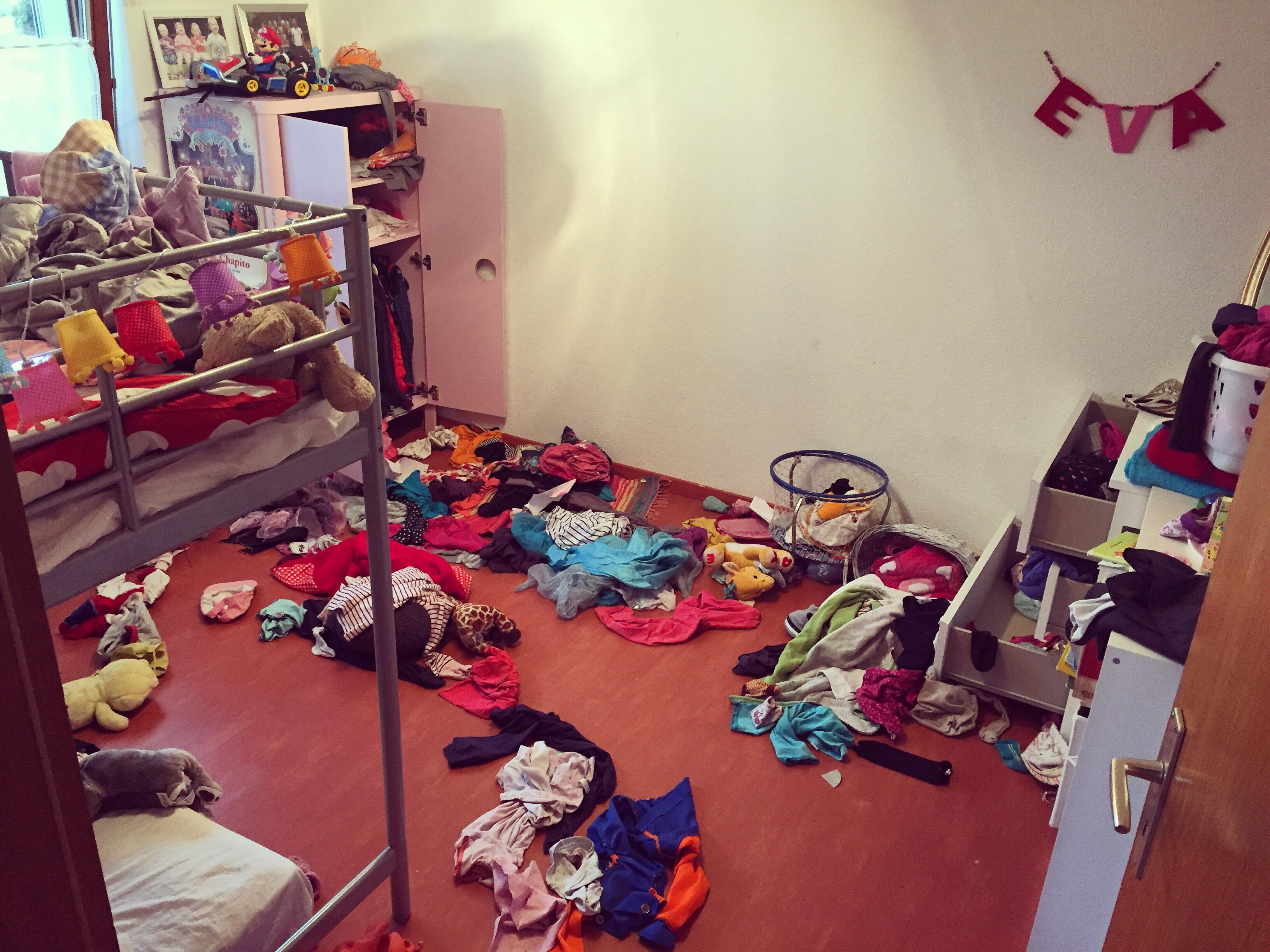 Ik besluit dat we dan 's middags maar Eva's kamer onder handen gaan nemen. Dat is hard nodig!