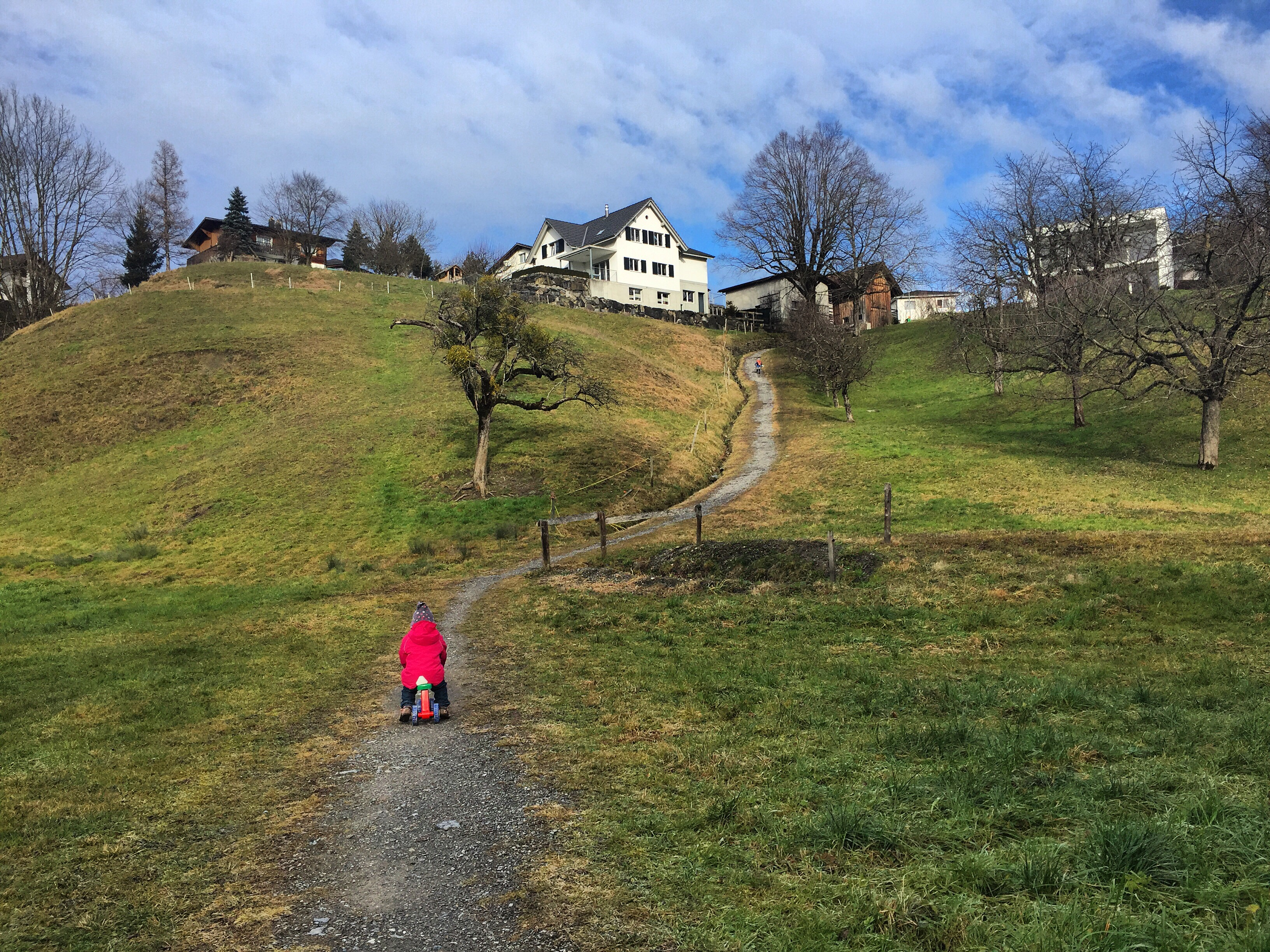 Omdat Eva 's ochtends al te laat op school kwam, gingen we haar middags ophalen. En dat was maar goed ook, ik vind haar huilend bovenop deze berg. Had ze ruzie met haar vriendinnetje gehad.