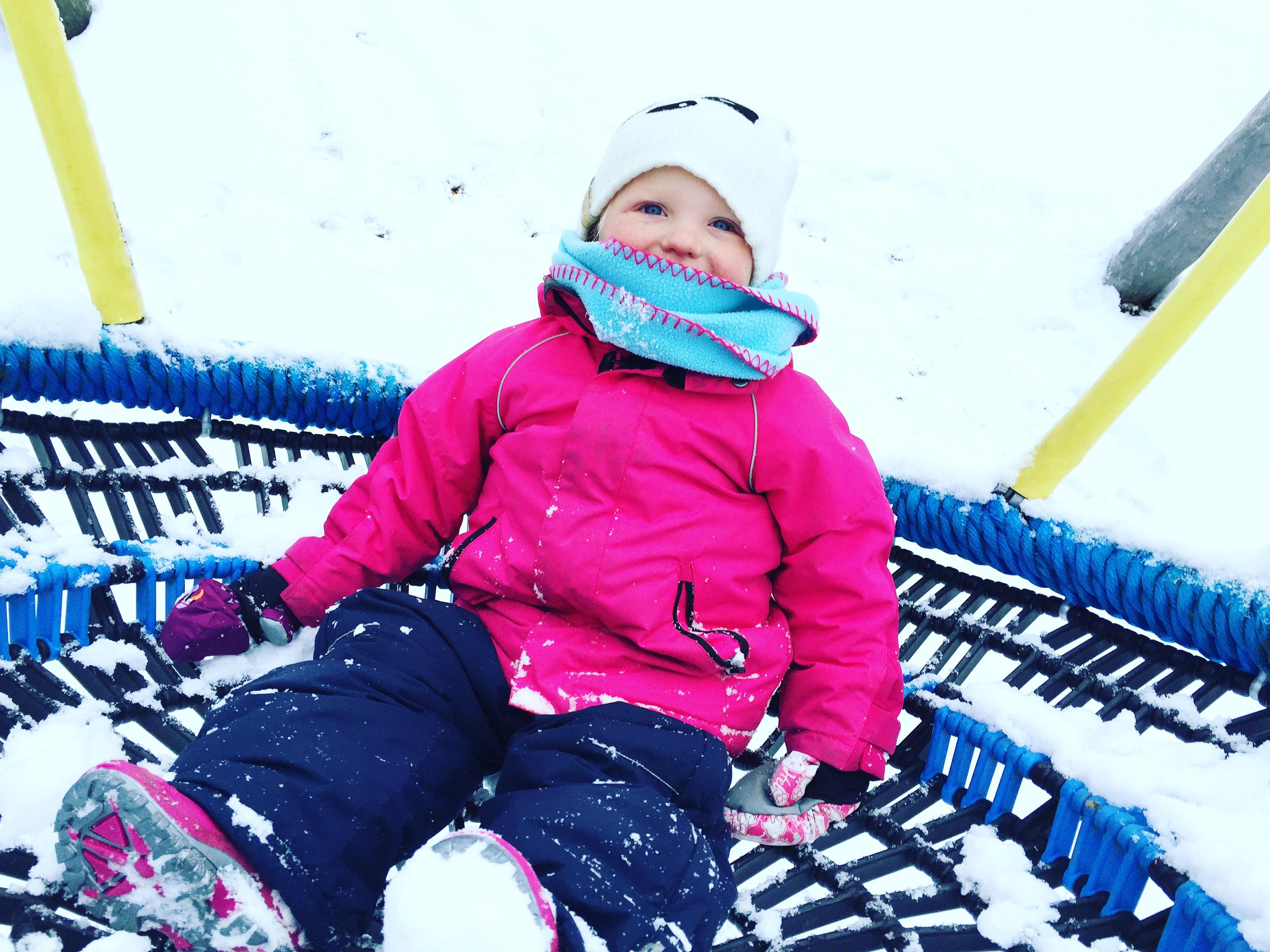 Vrijdag hebben we sneeuw! Liza vond vorig jaar de sneeuw niks, dit jaar nog steeds niet. Naar de speeltuin wilde ze wel gelukkig