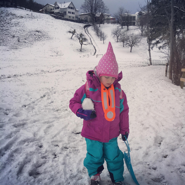 Uiteindelijk besluit ik haar tegemoet te lopen en blijkt ze pas bij de heuvel te zijn. In plaats van te lopen was ze een sneeuwbal aan het maken. Oh wat kon ik haar wat! Ik dacht minstens dat ze in de greppel lag!
