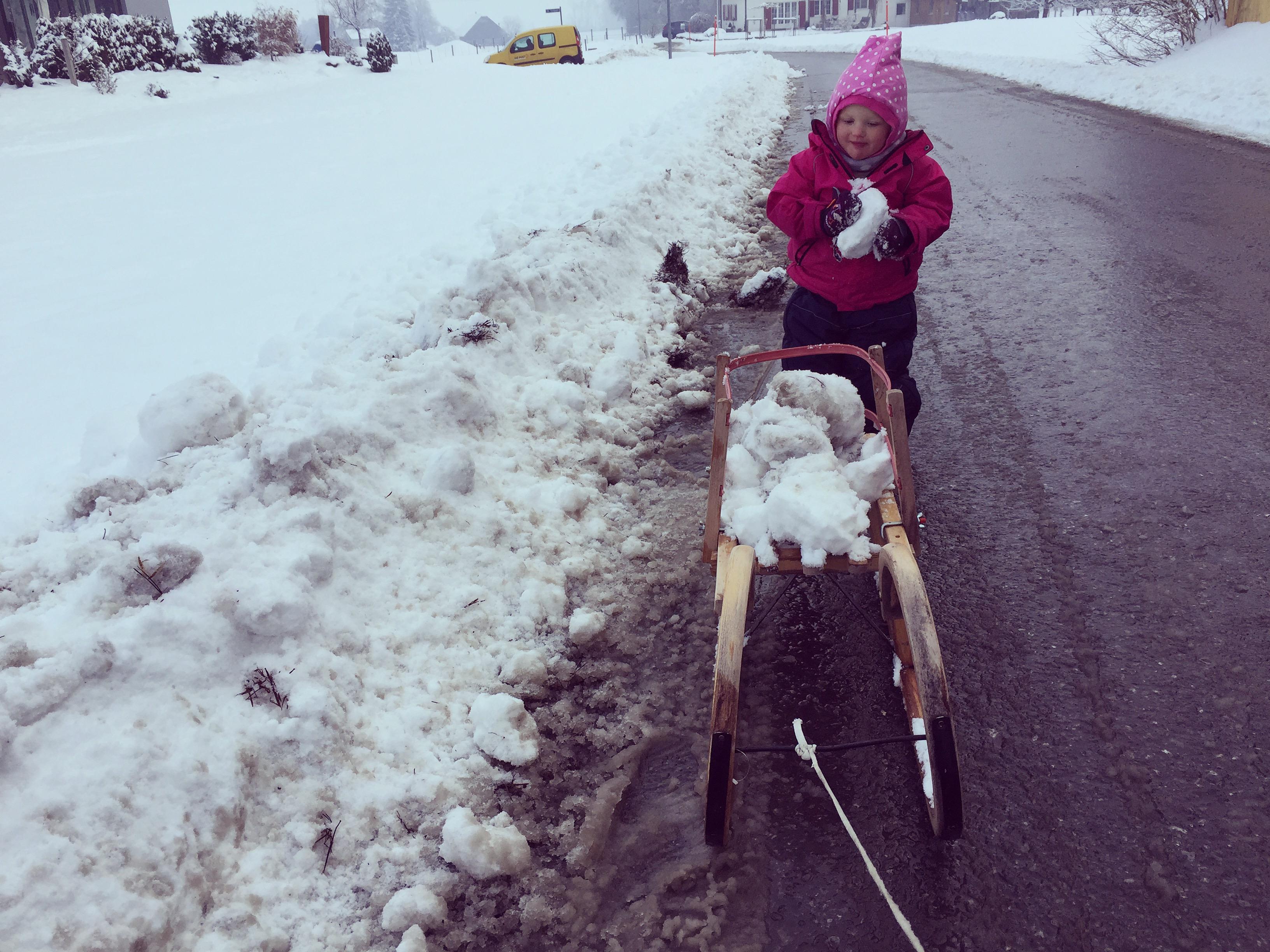 Daarna naar huis en in plaats van in de slee, zocht ze sneeuwballen op en gingen die de slee in.