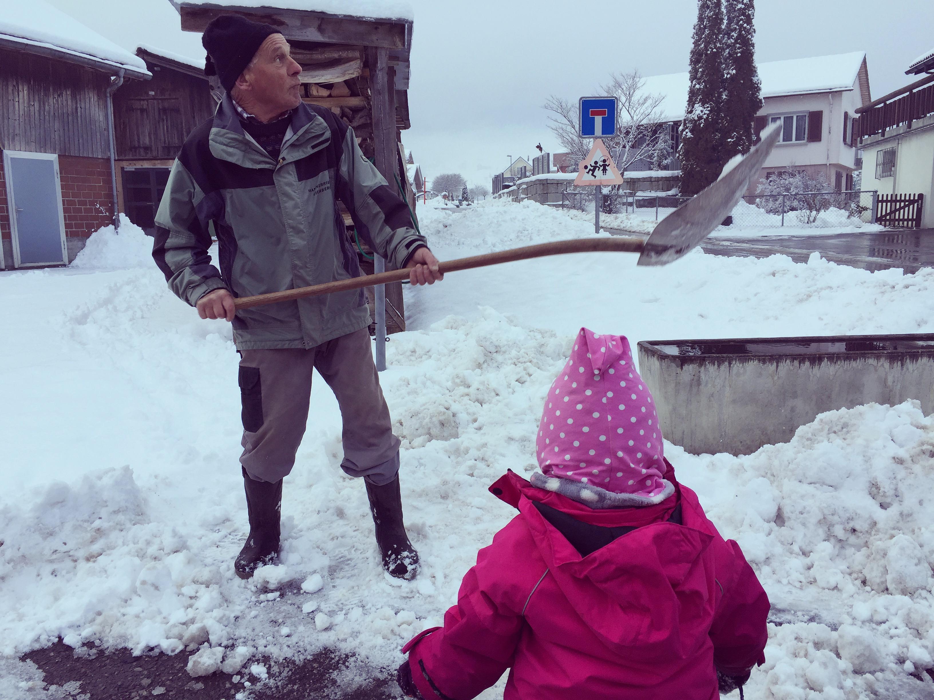 Die sneeuwballen gaf ze later aan de buurman (opa) die de sneeuwballen heel grappig weggooide