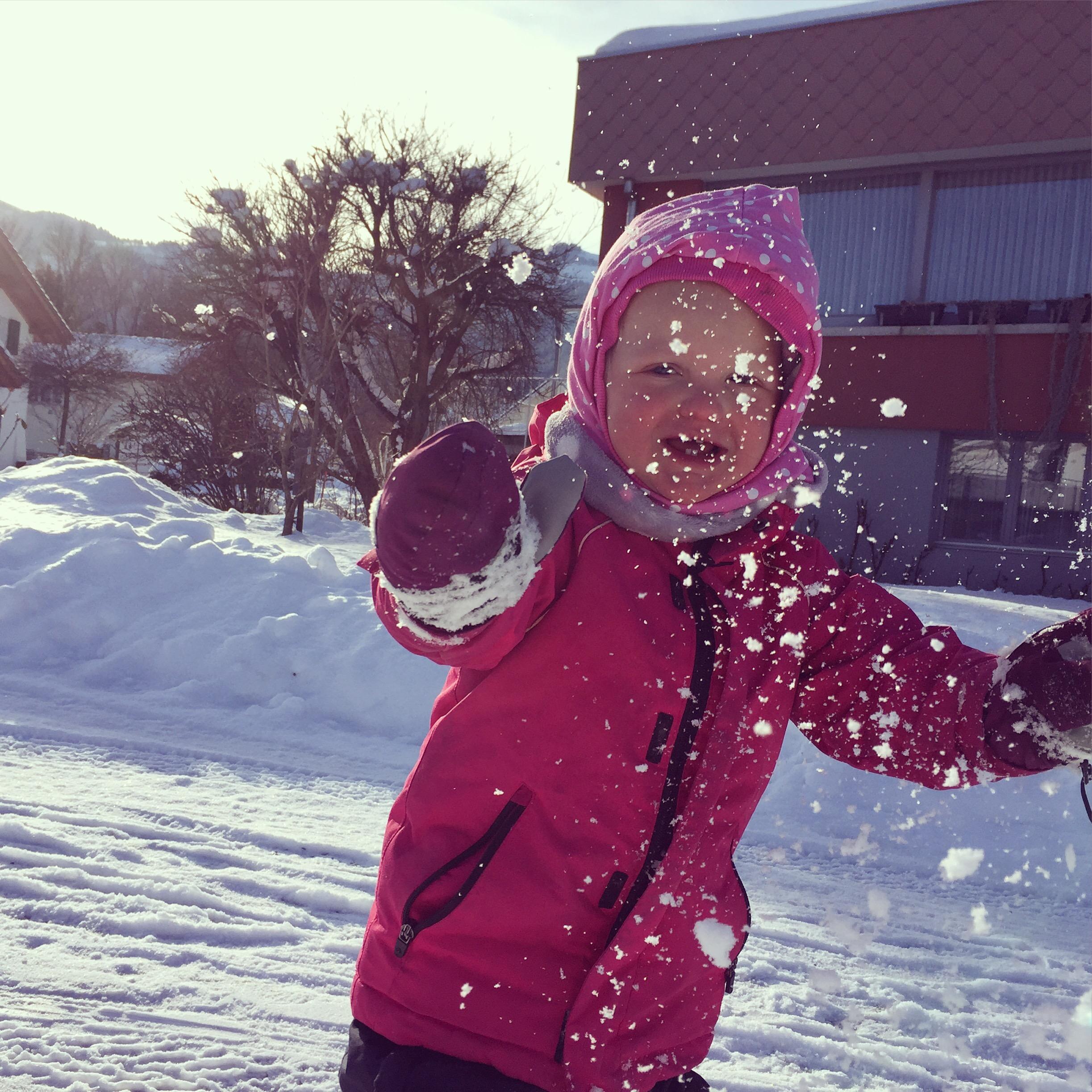 Liza ontdekt dat je ook sneeuwballen kunt maken en gooien